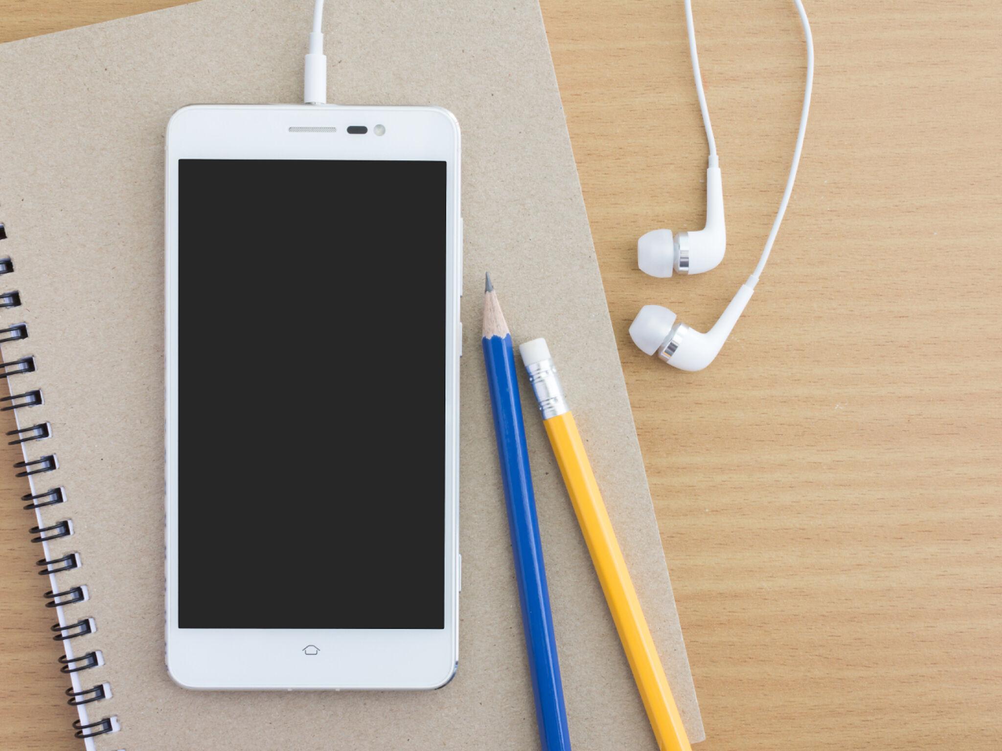 ノートとペンとスマートフォンの画像