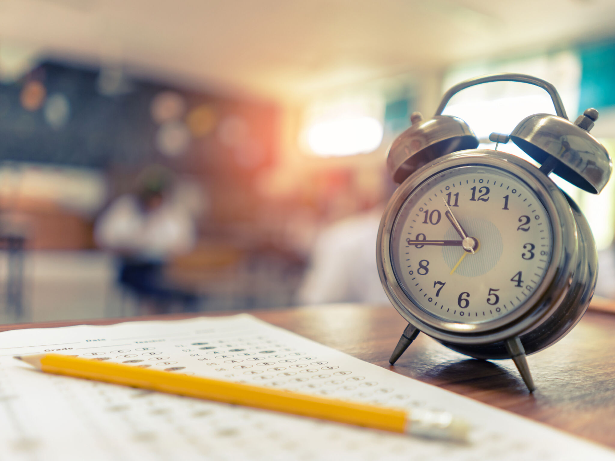 ノートと鉛筆と時計の画像