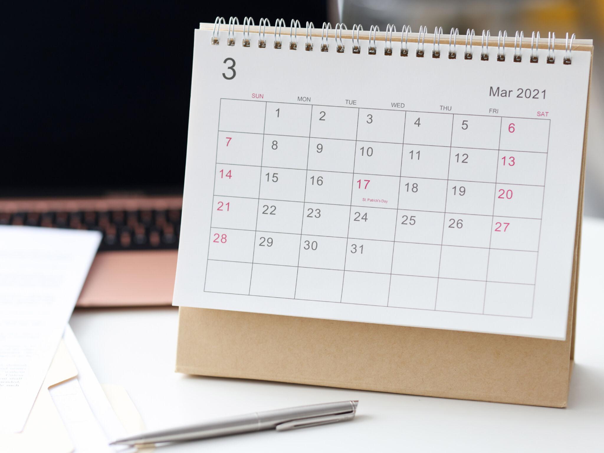 カレンダーのPCとペンの画像