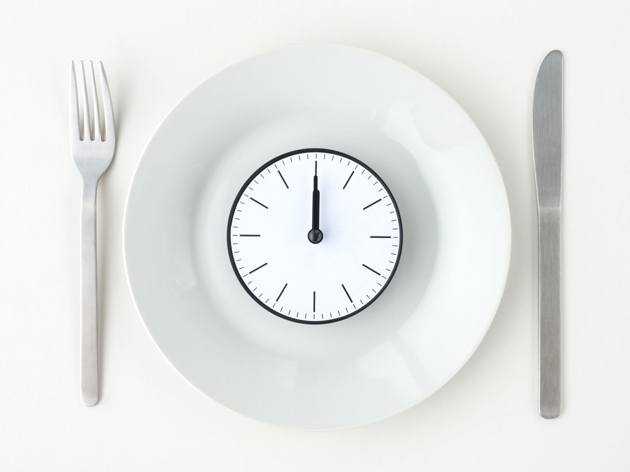 お皿の上にのあっている時計とカトラリーの画像
