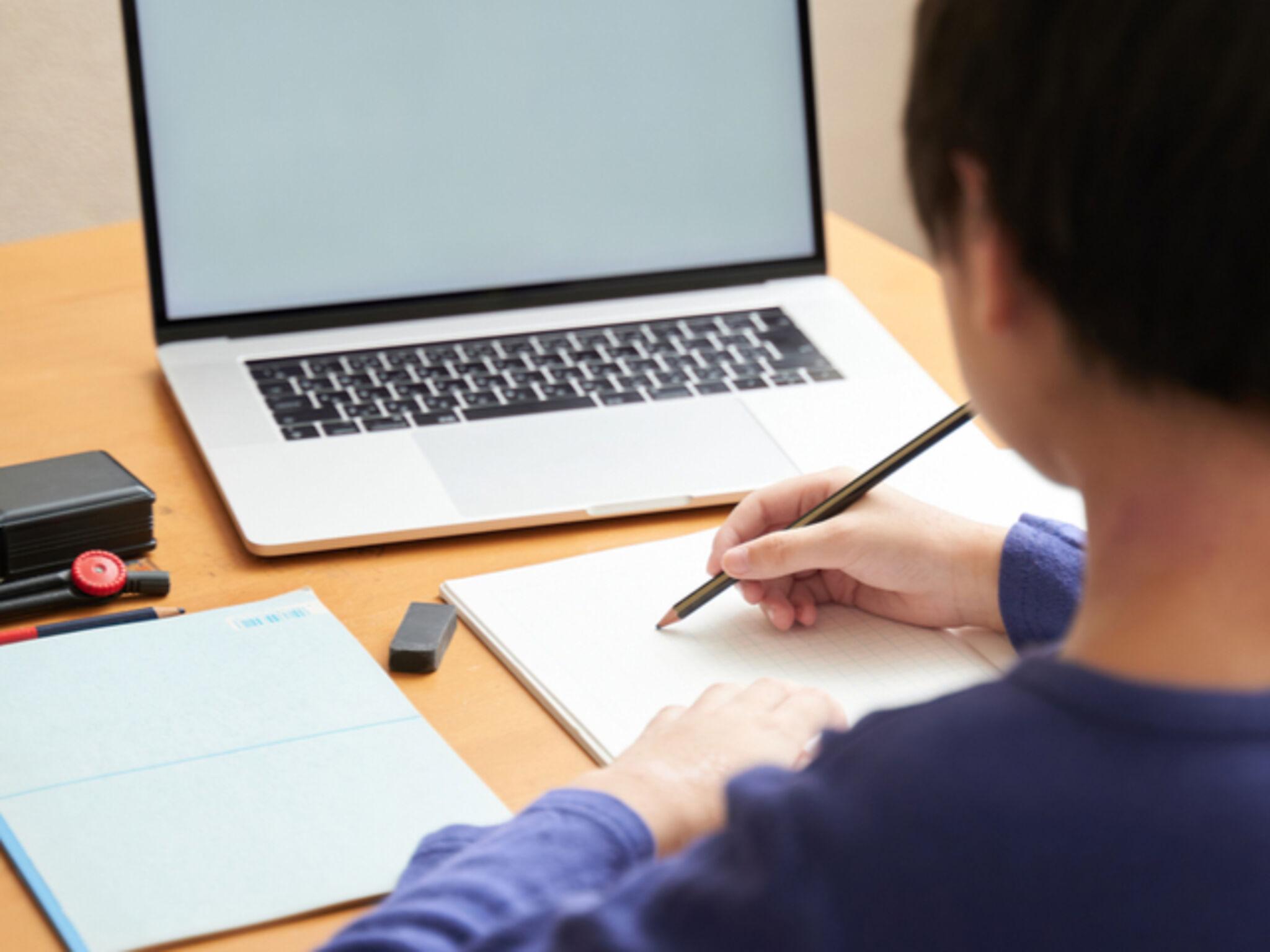オンライン授業を受講している中学生の画像