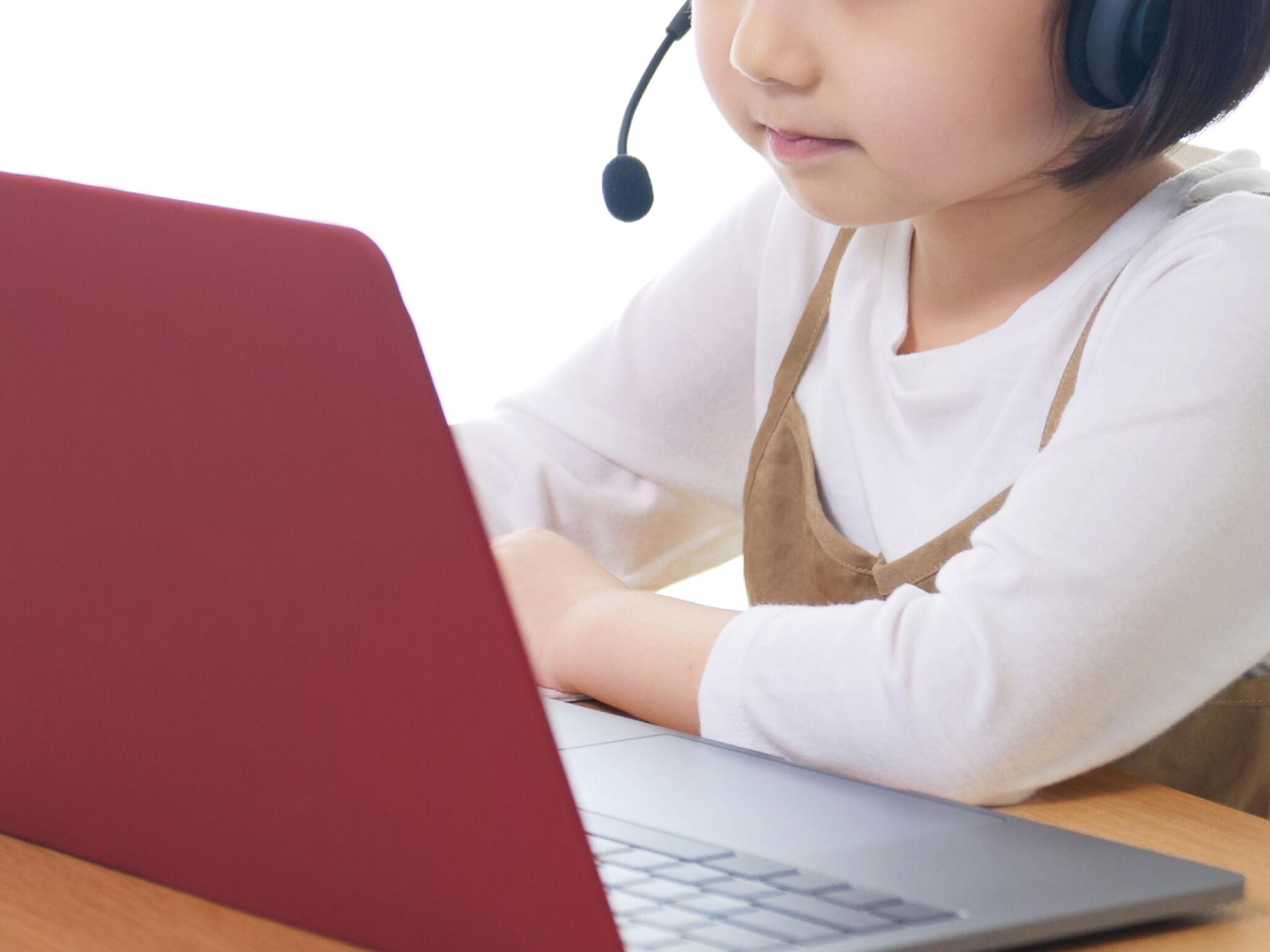 オンラインで授業を受けている女の子の画像