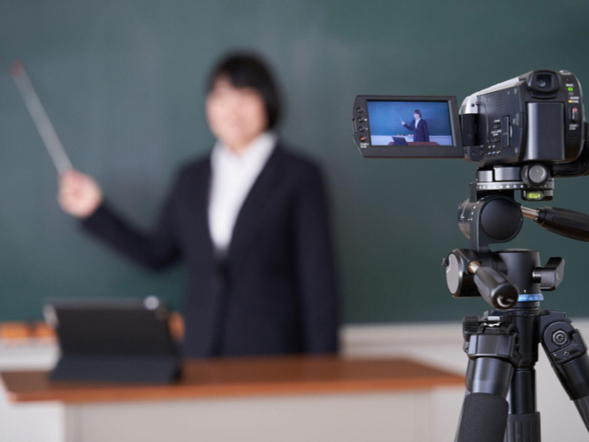 オンライン授業を行う塾講師の画像