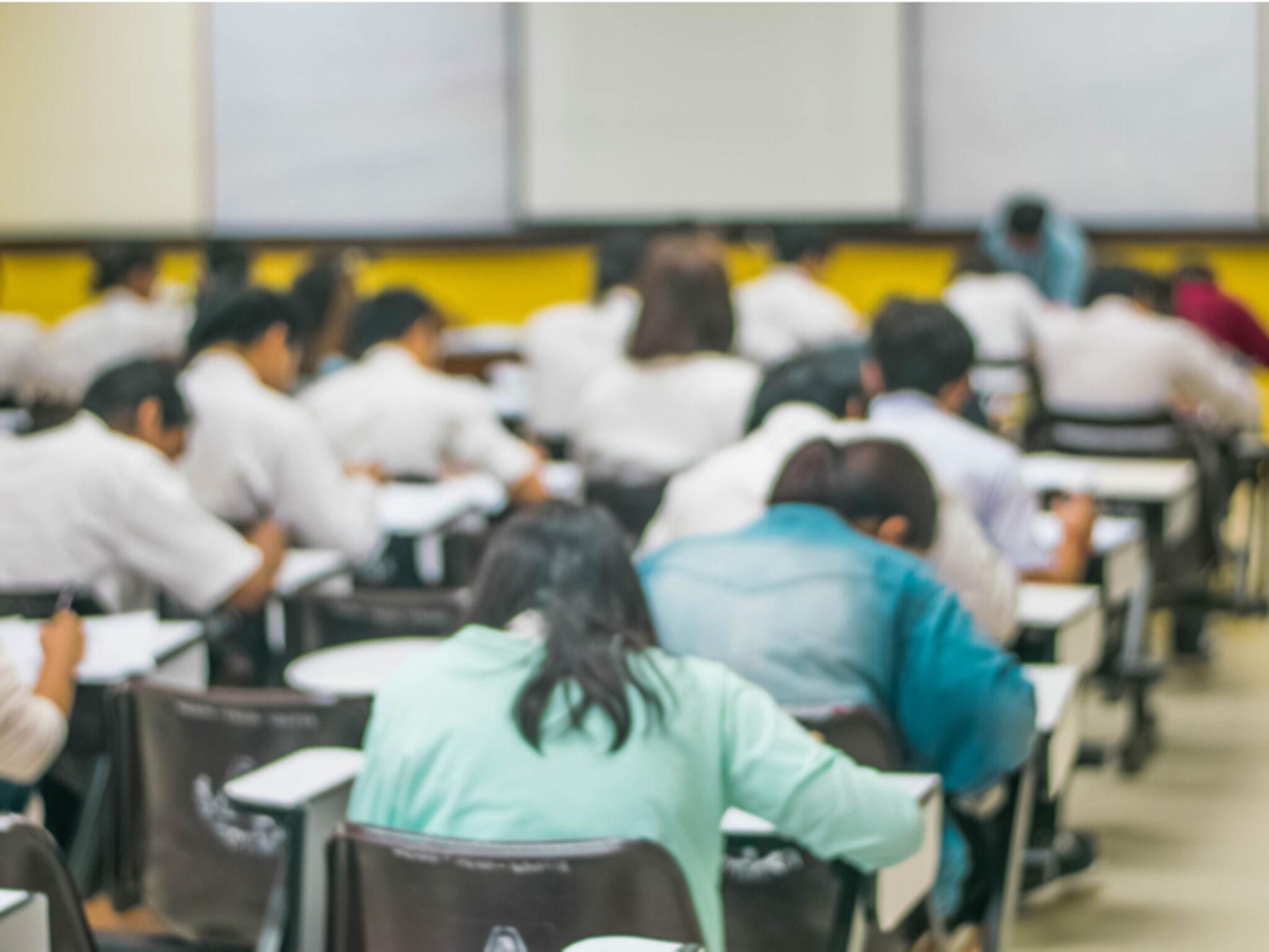 大学受験の試験風景