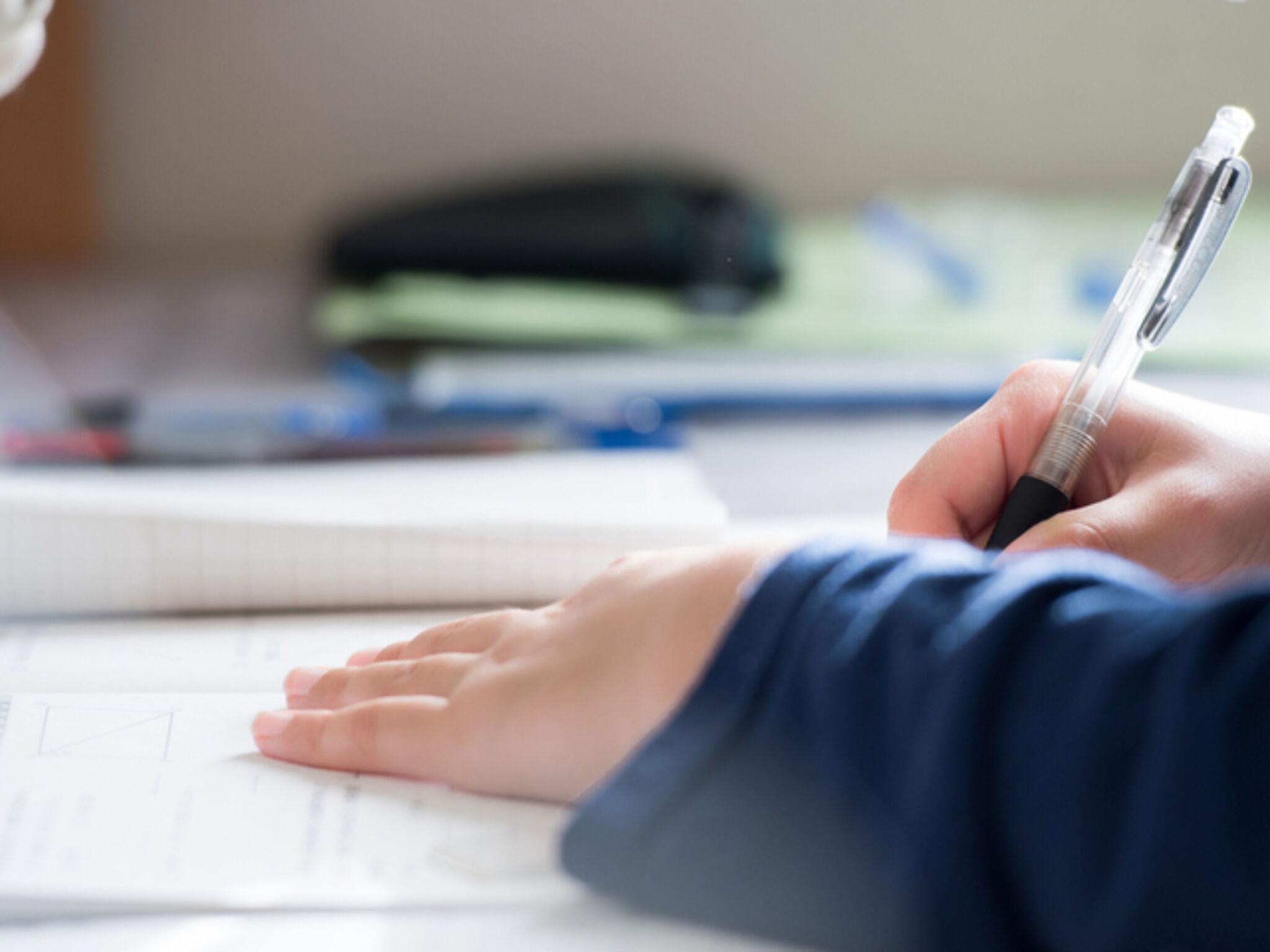 塾で勉強している生徒の画像