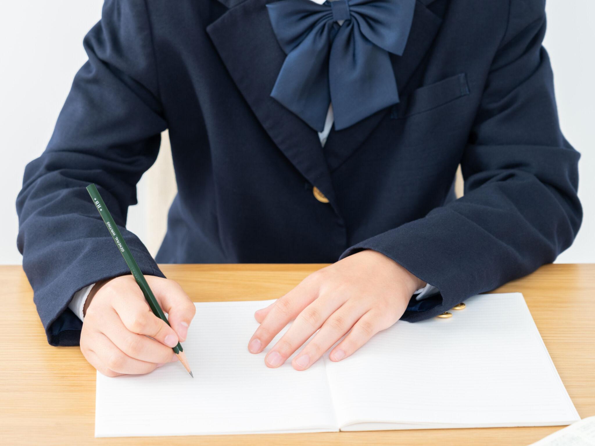 中学生が塾で勉強をしている画像