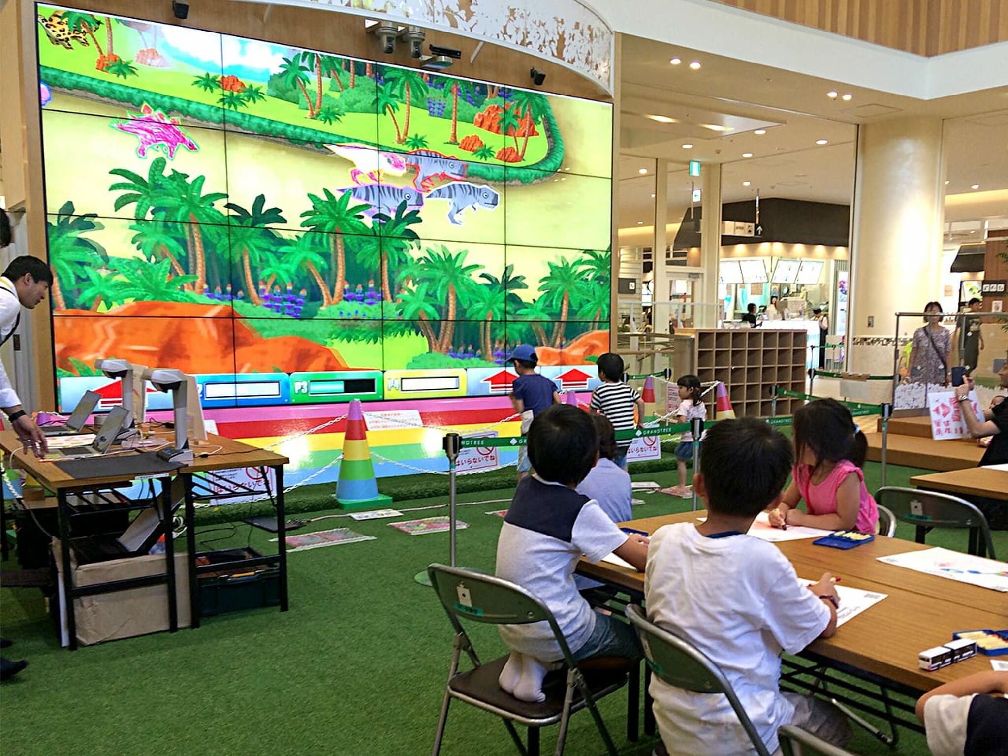 デジタルアトラクションで遊ぶ子どもたちの画像