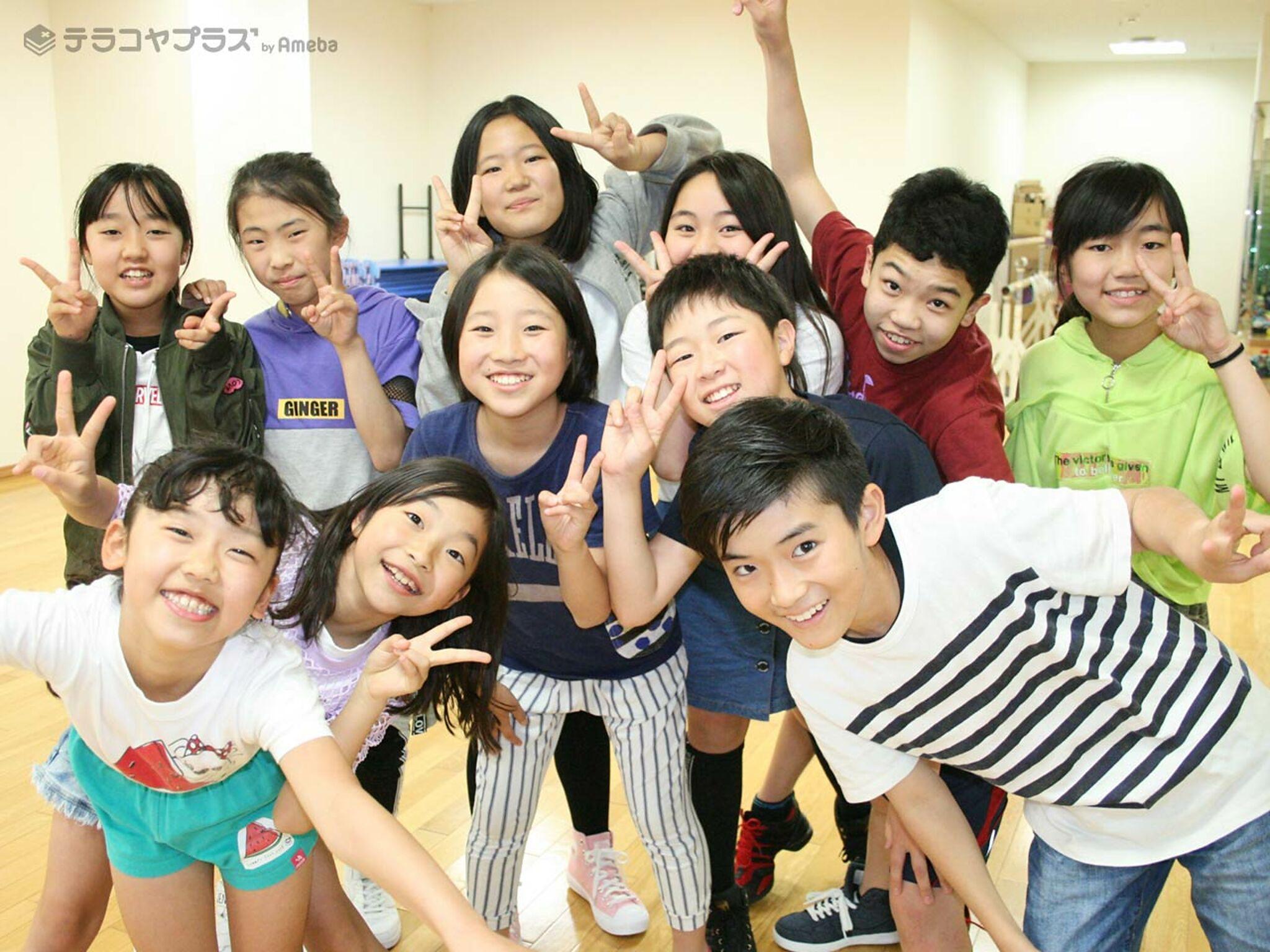 楽しそうに写真に写る子どもたちの画像