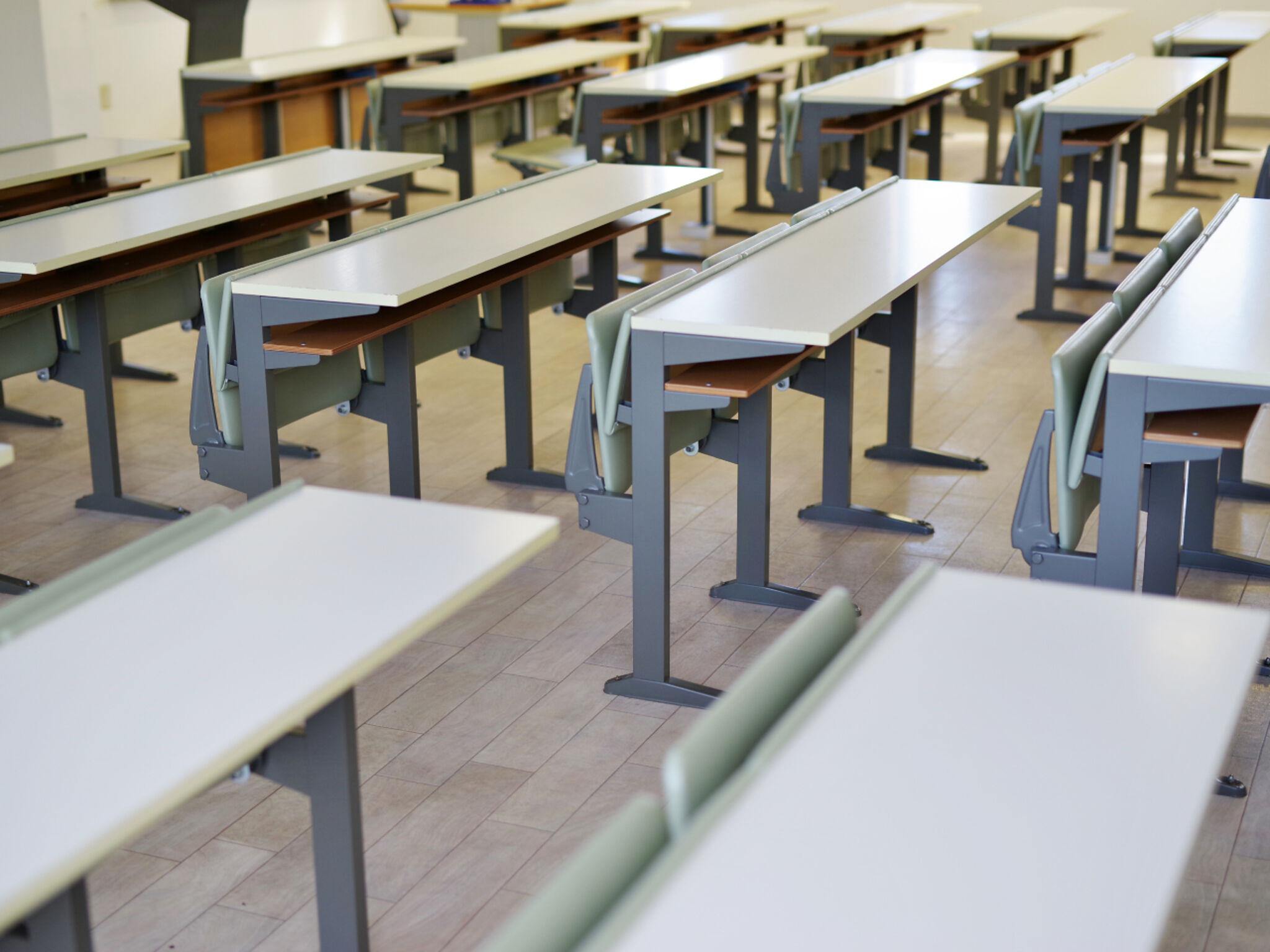 誰もいない集団塾の教室の画像