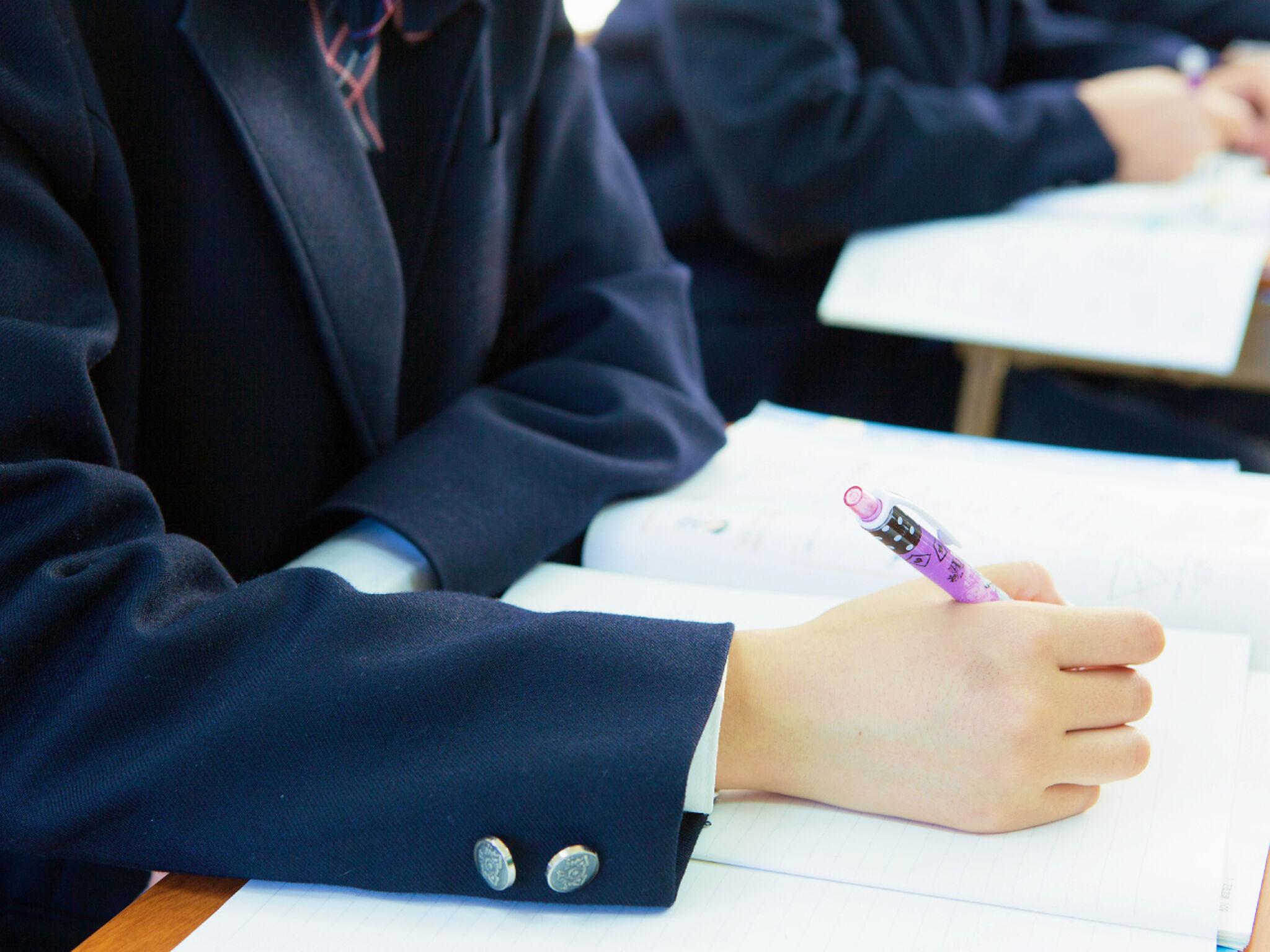 塾で授業を受けている女子中学生の画像