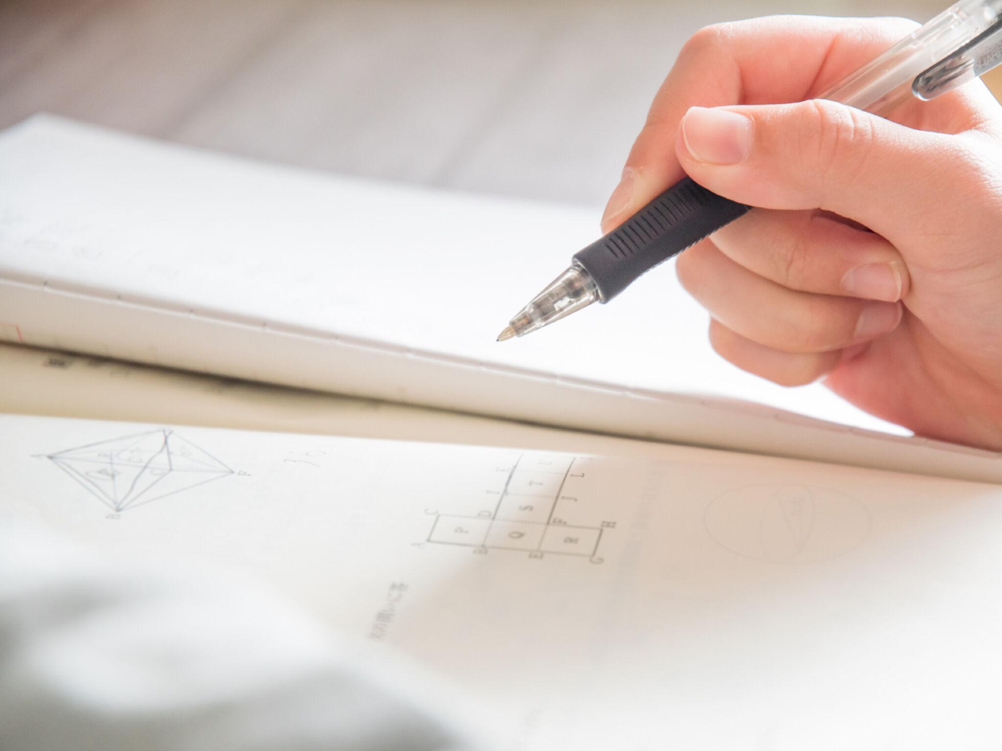 ノートをとっている人の手元の画像
