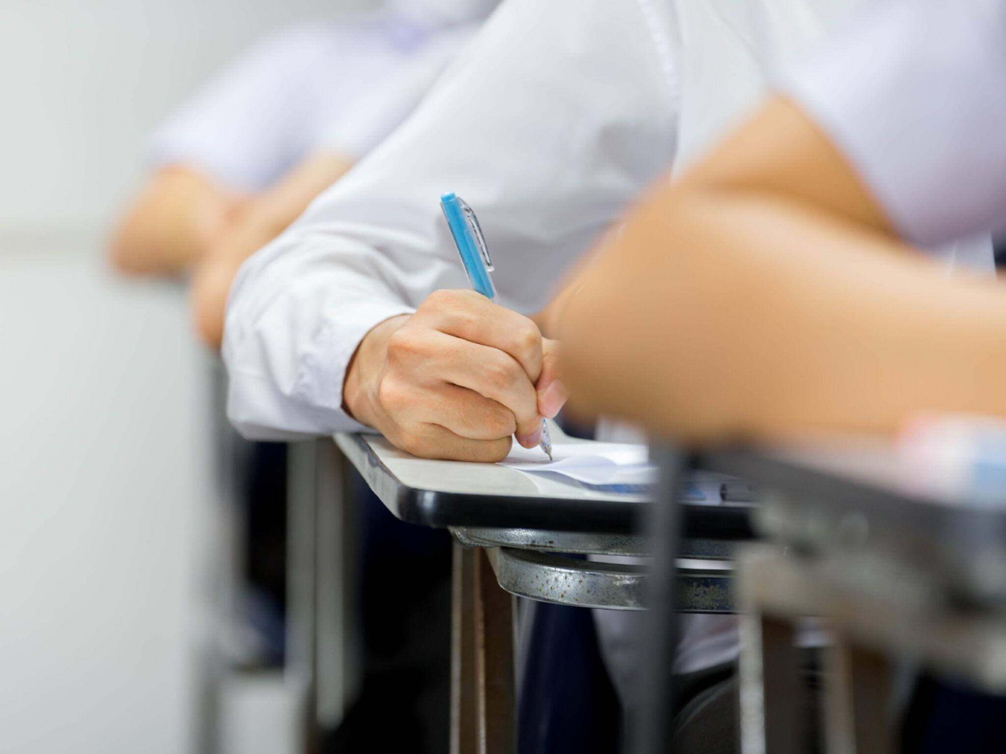 集団授業を受けている学生の画像