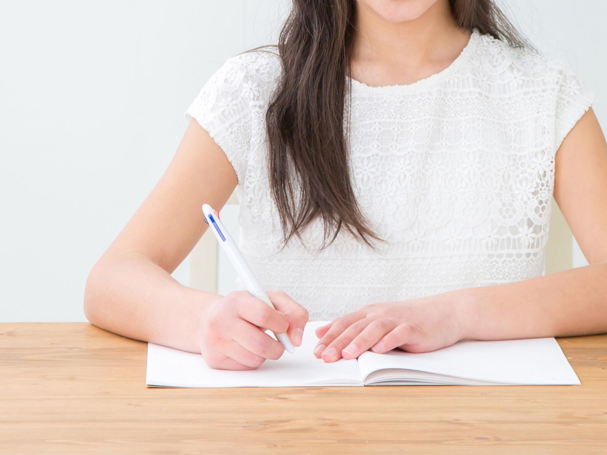 勉強をしている女の子の画像