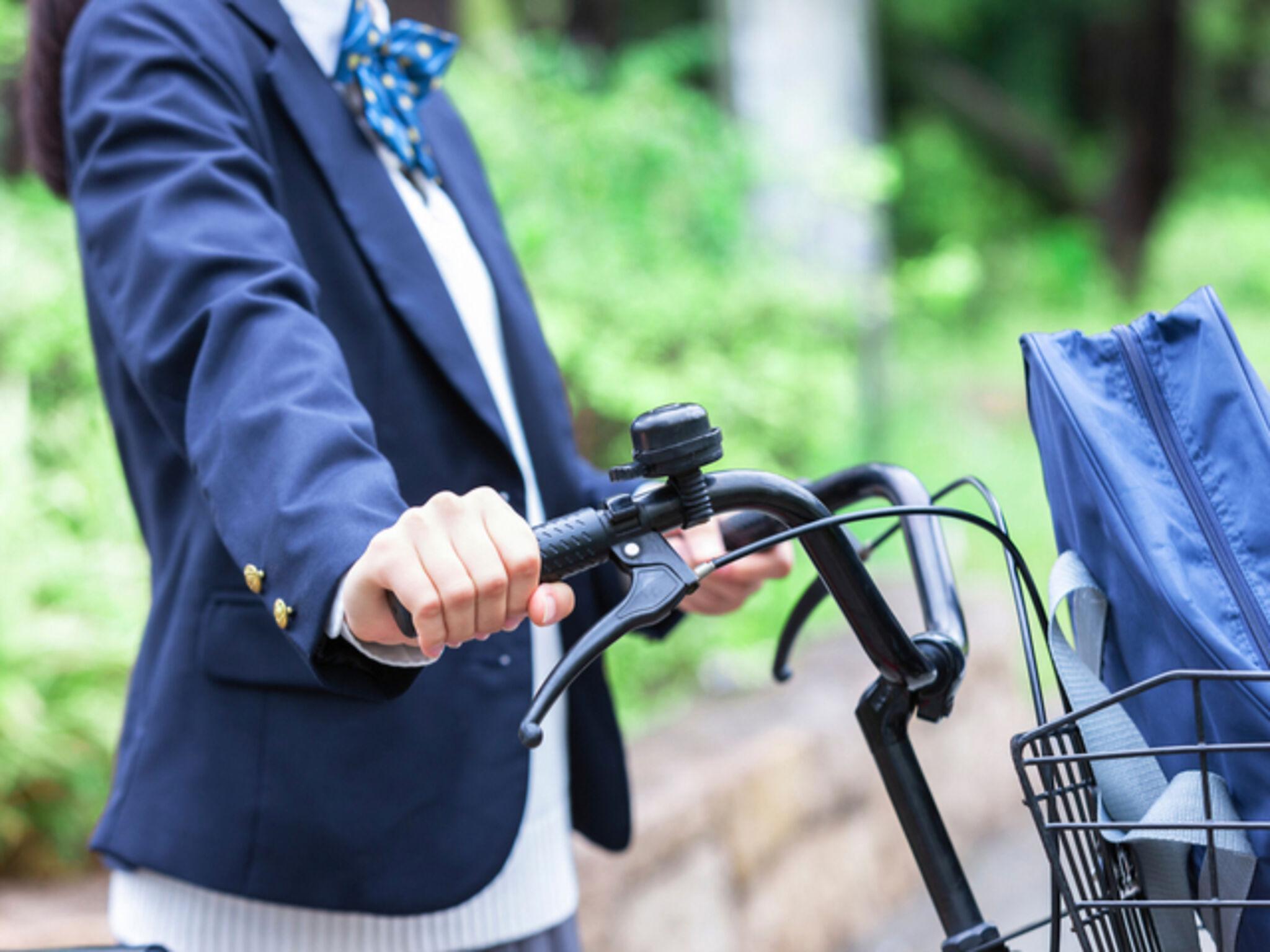 自転車に乗る中学生の画像