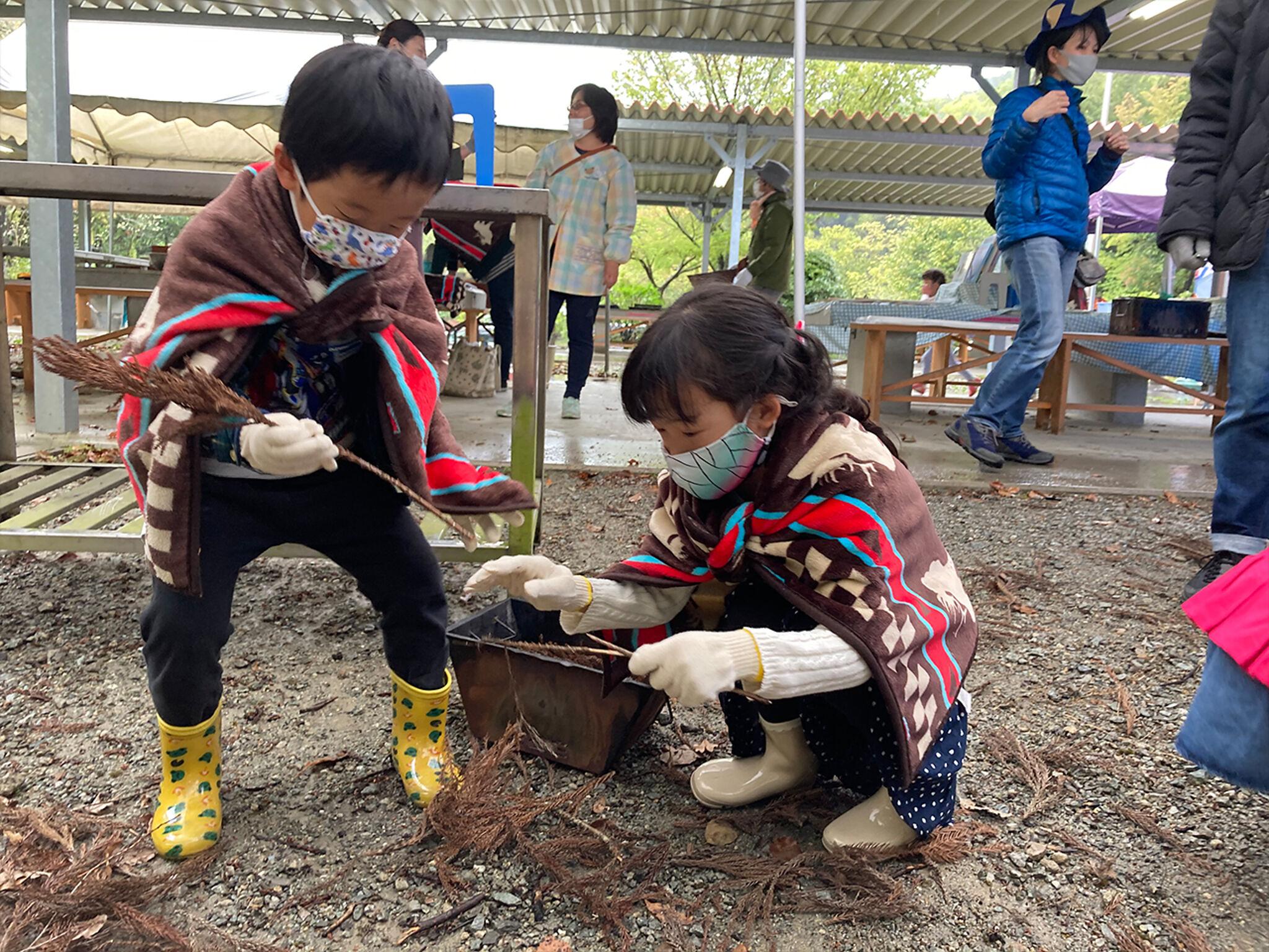 キャンプをしている子どもたちの画像