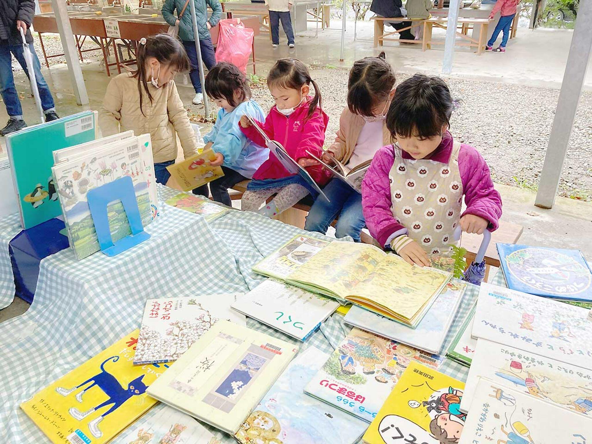 子どもたちが絵本を読んでいるところの画像