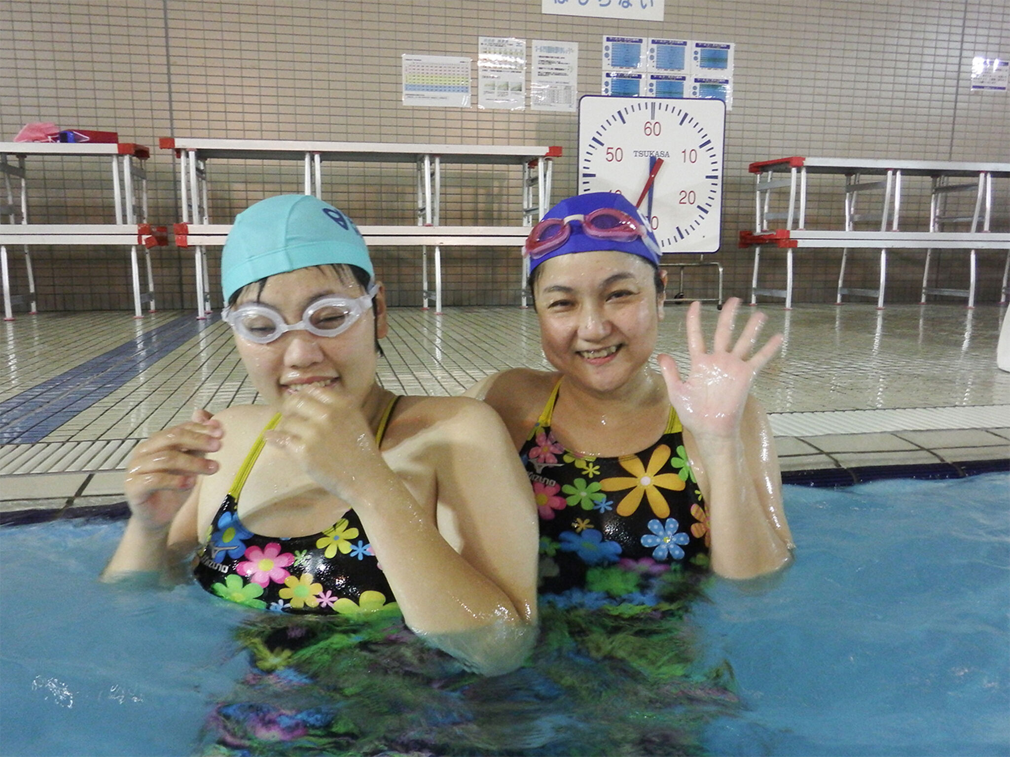 プール・ボランティアと一緒に泳ぐ仲間の画像