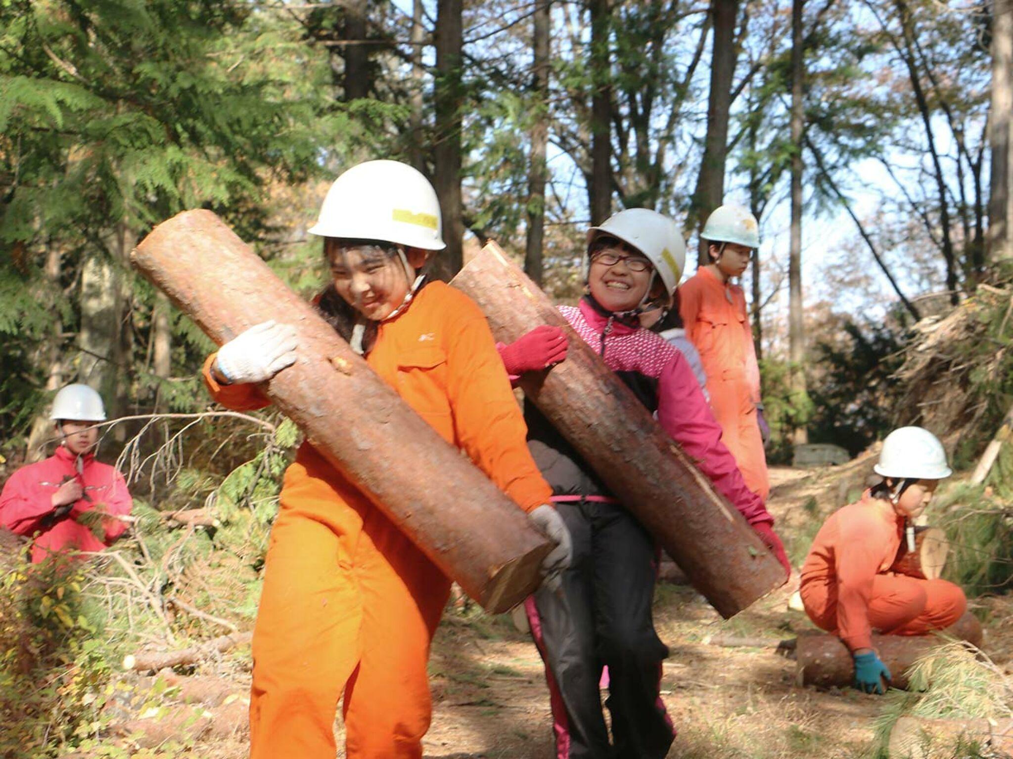 薪を運んでいる子どもたちの画像