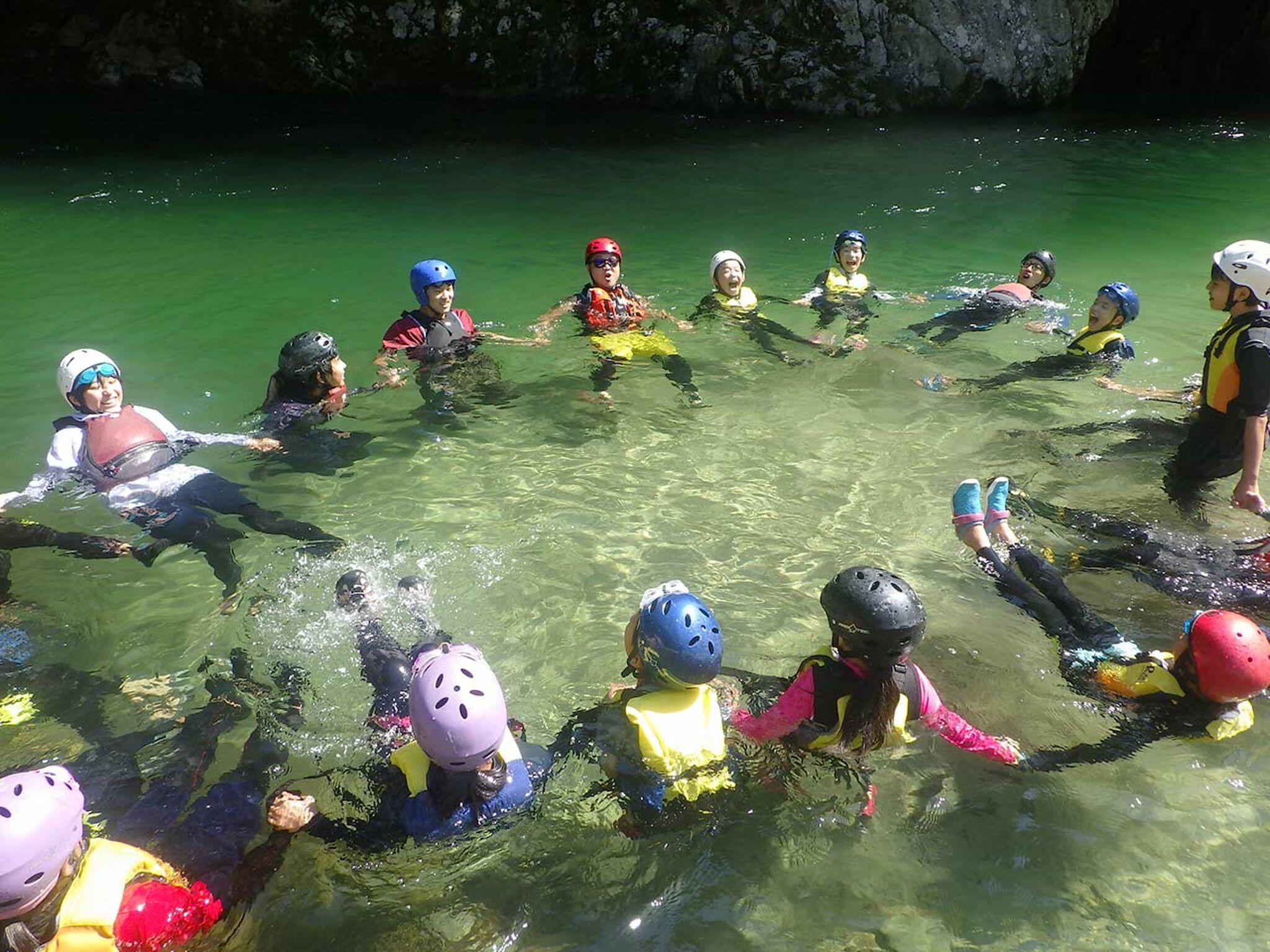 水に浮かぶ子どもたちの画像
