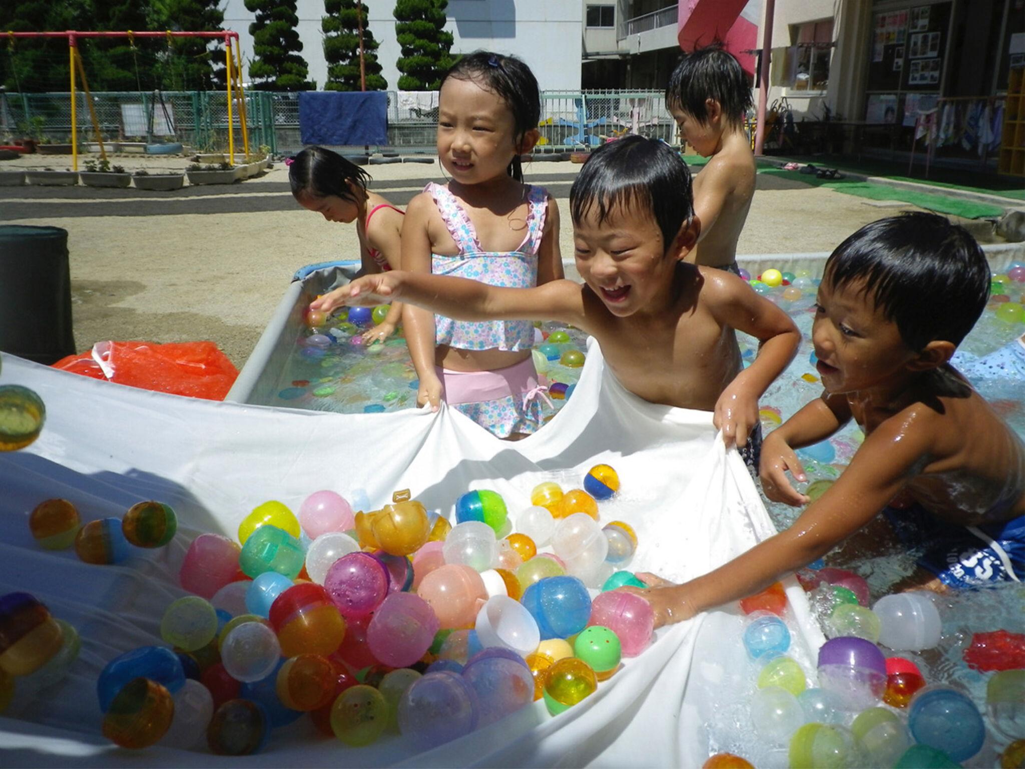 保育園で子どもが遊んでいる画像