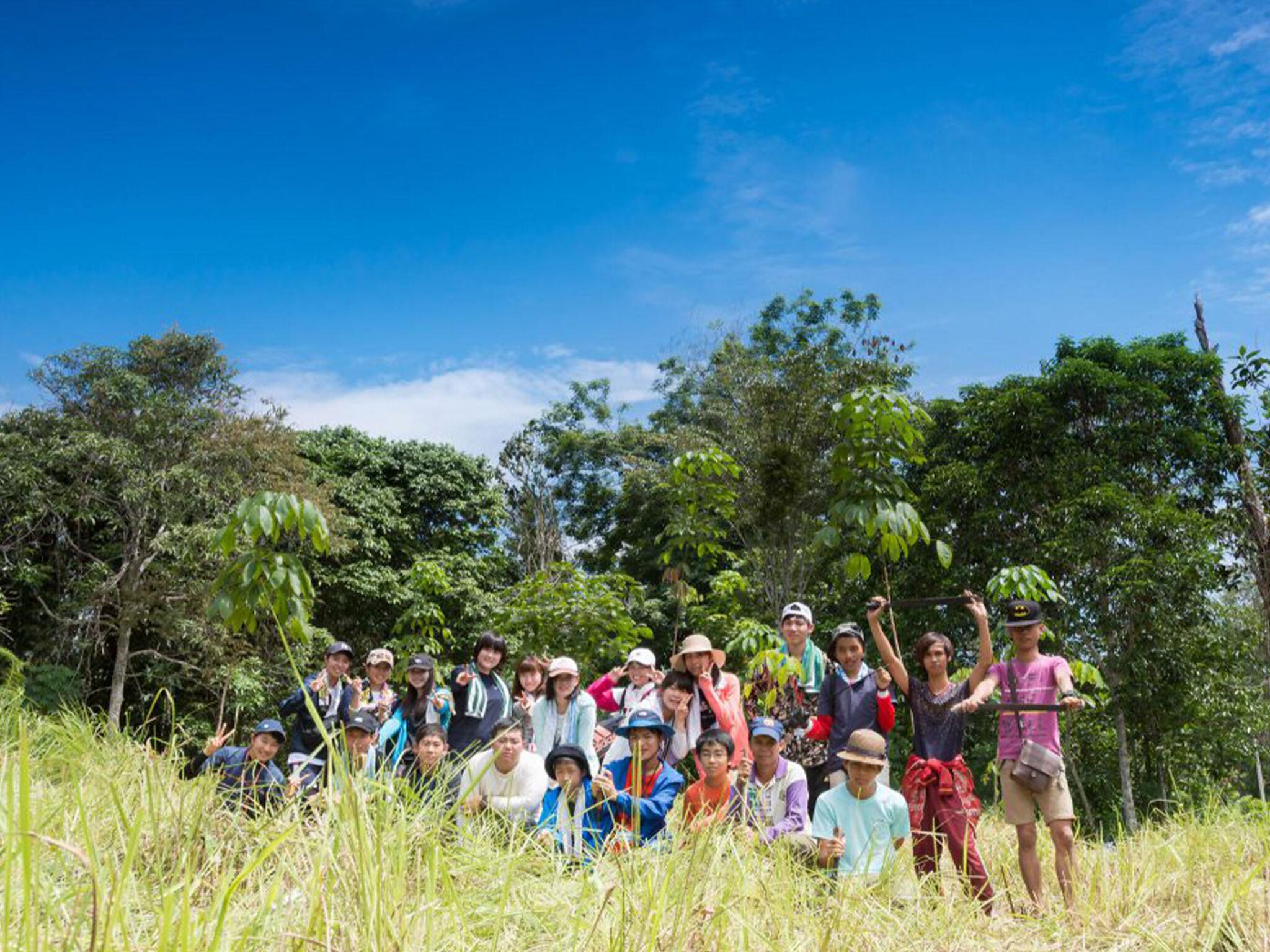 海外での活動で子どもたちが野原で集合している画像