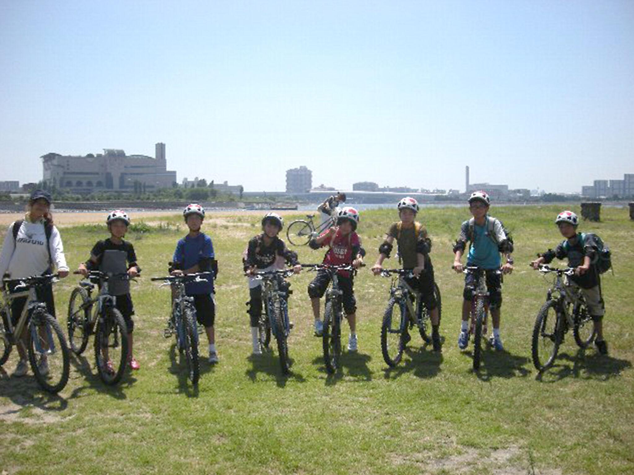 子どもたちが自転車に乗って集合している画像