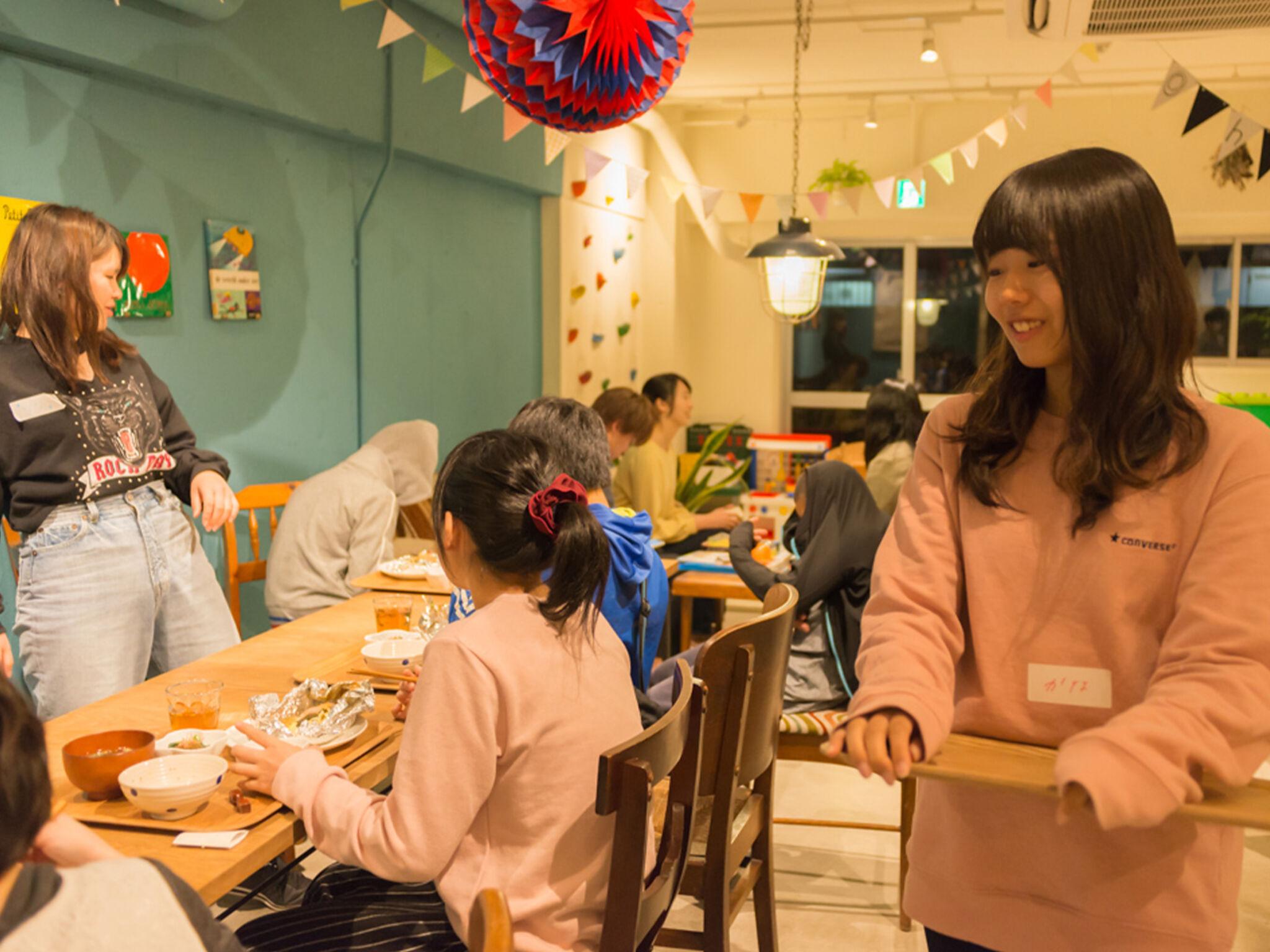 子どもたちが子ども食堂でご飯を食べている画像