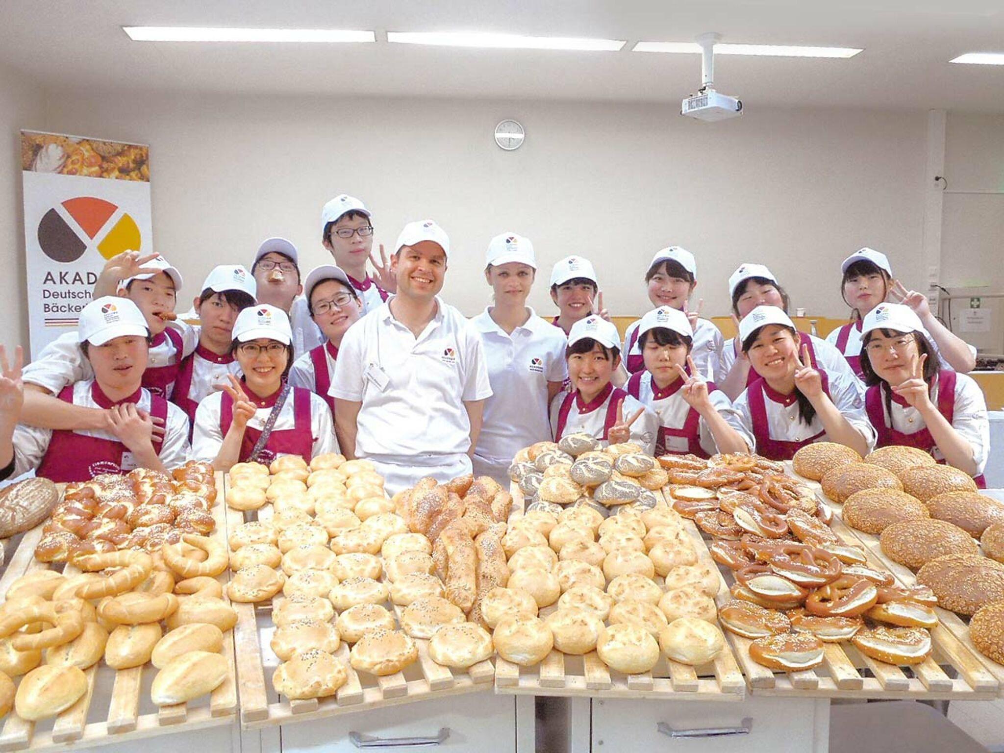 ドイツでの海外研修でパンを前に集合している画像