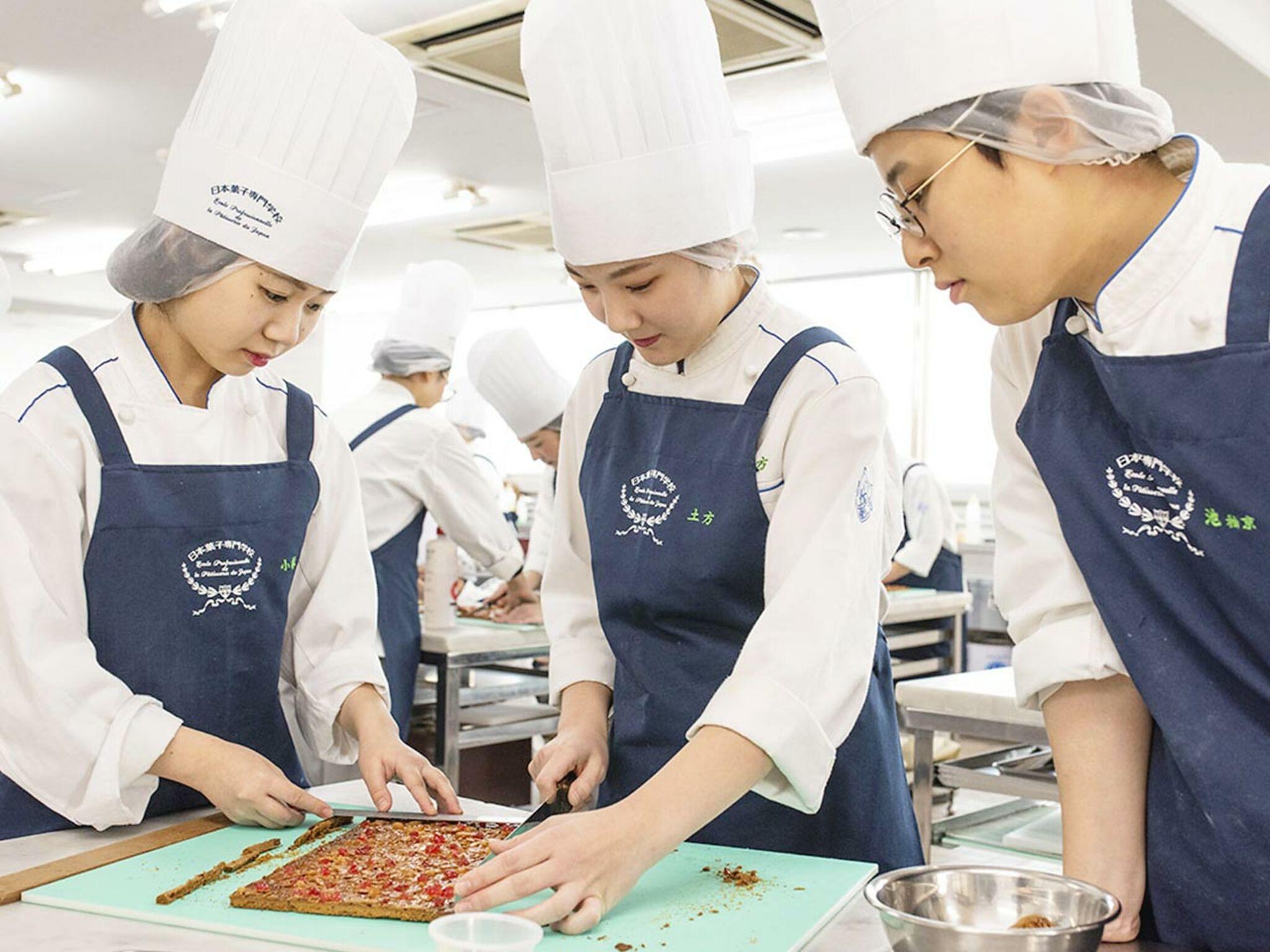 実習中に学生3人がお菓子を作っている画像