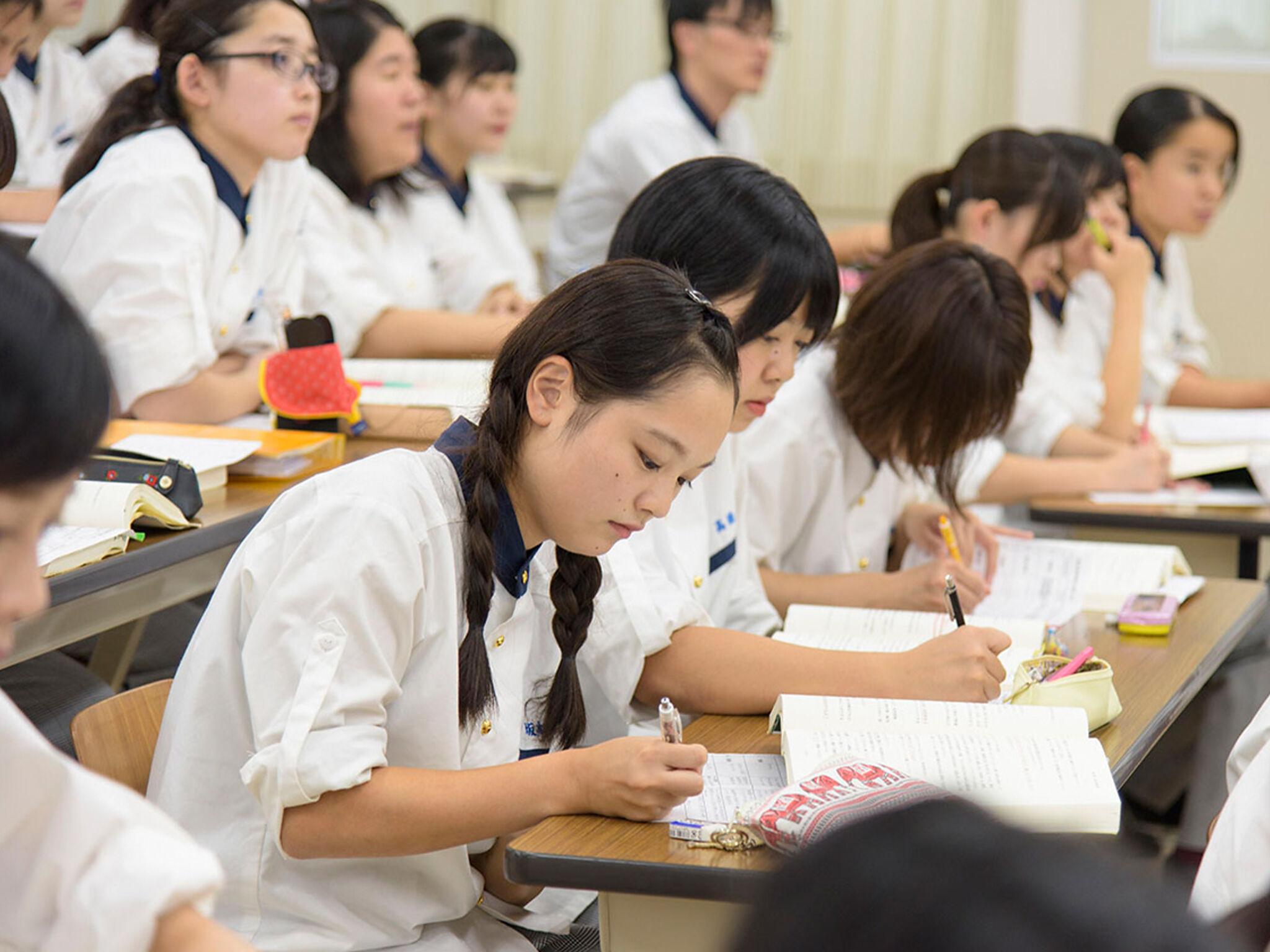 学生が教室で勉強している画像