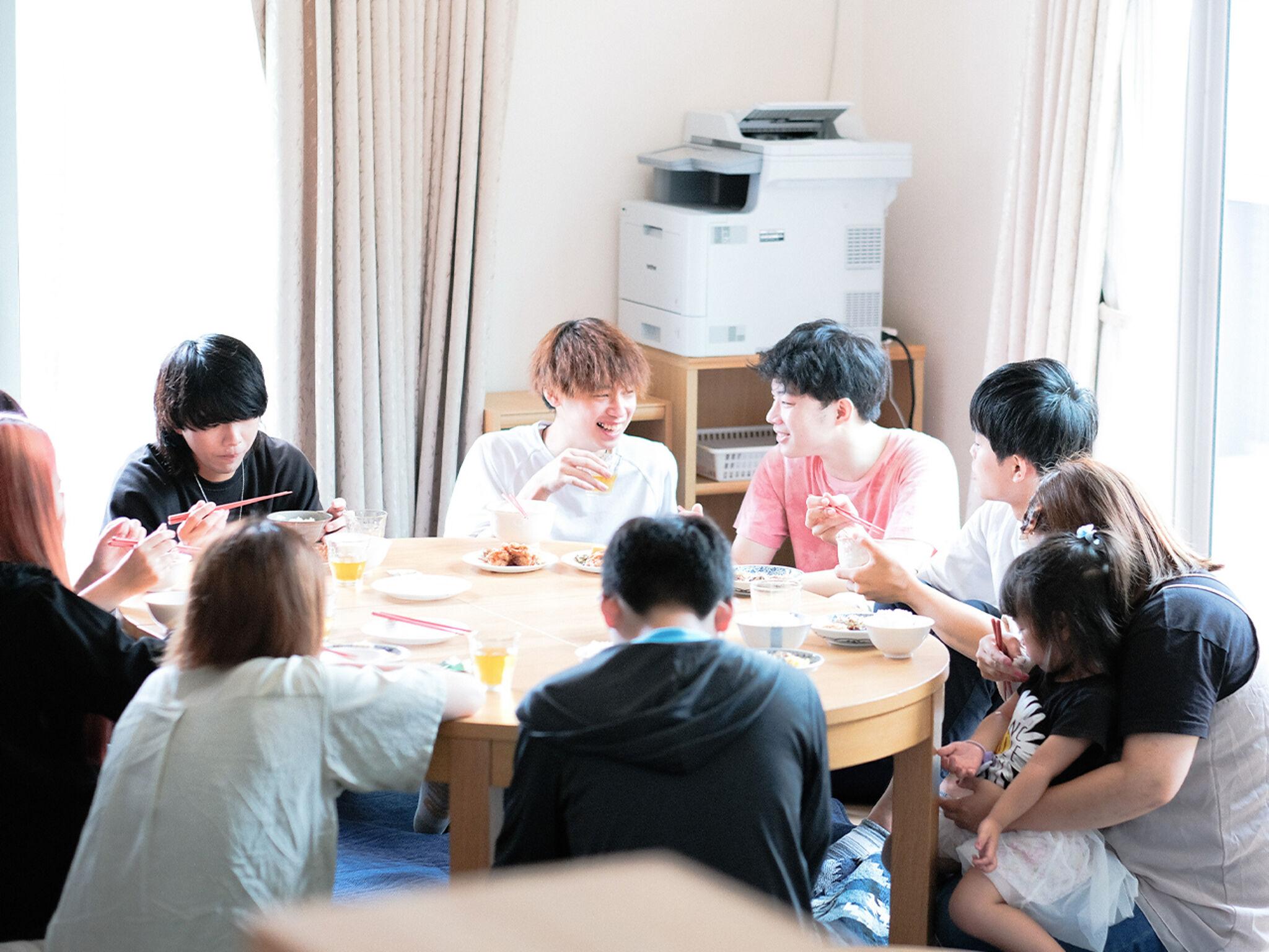 子どもたちがテーブルを囲んで談笑する様子の画像