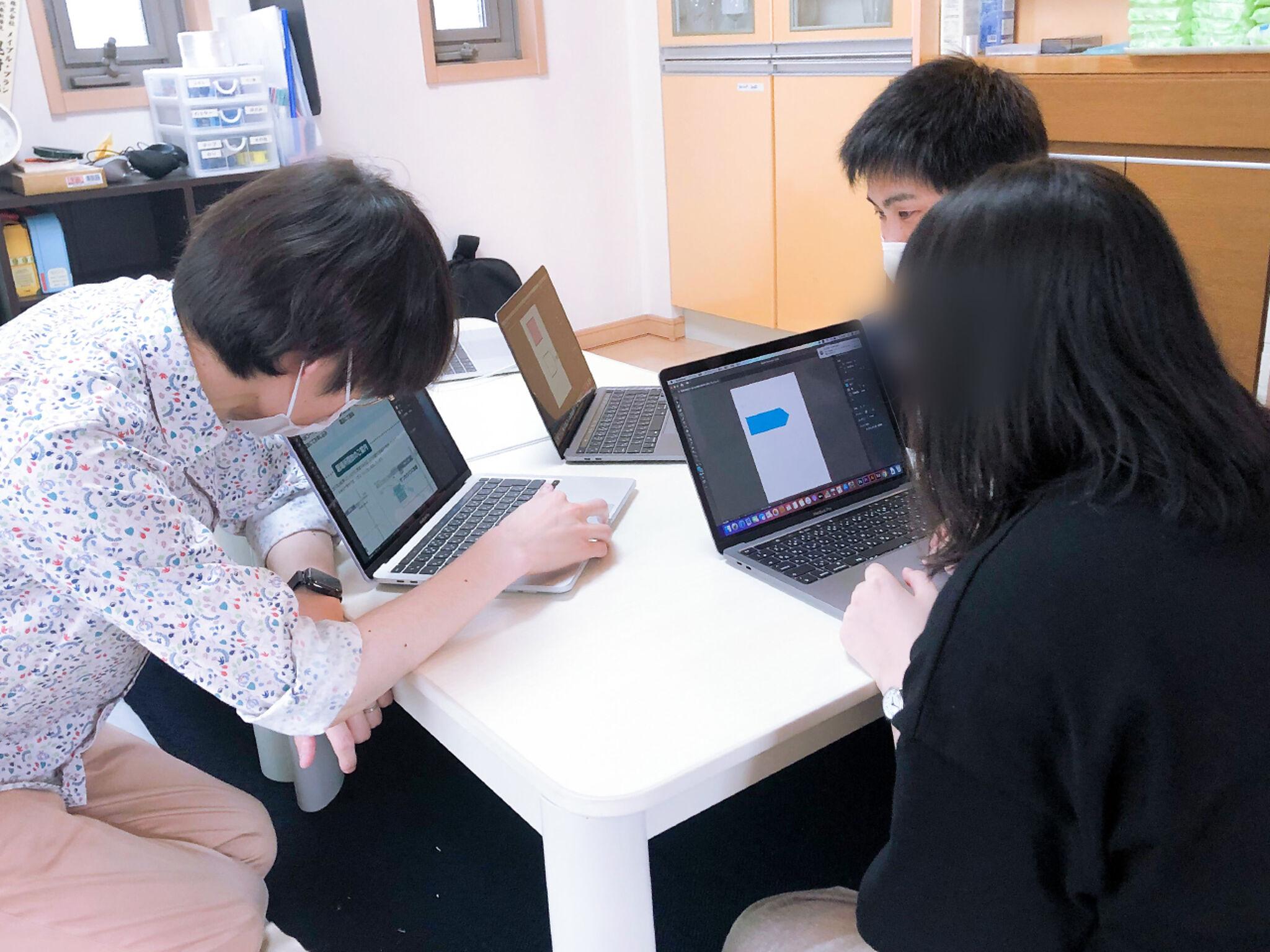 サンカクシャにてパソコンで業務をする様子の画像