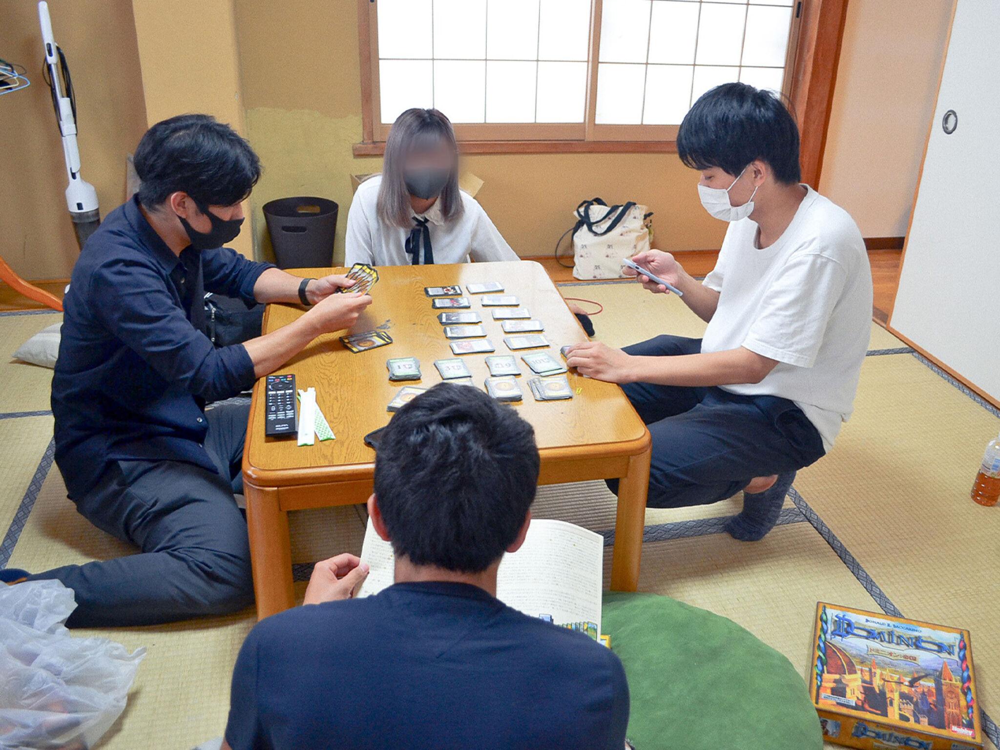 子どもたちとスタッフがカードゲームで遊んでいる画像