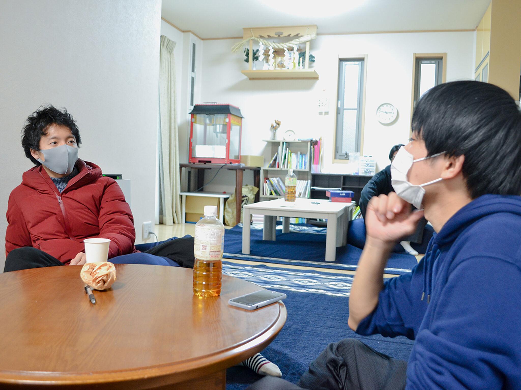 サンカクシャの居場所にて男性2名が会話をしている画像