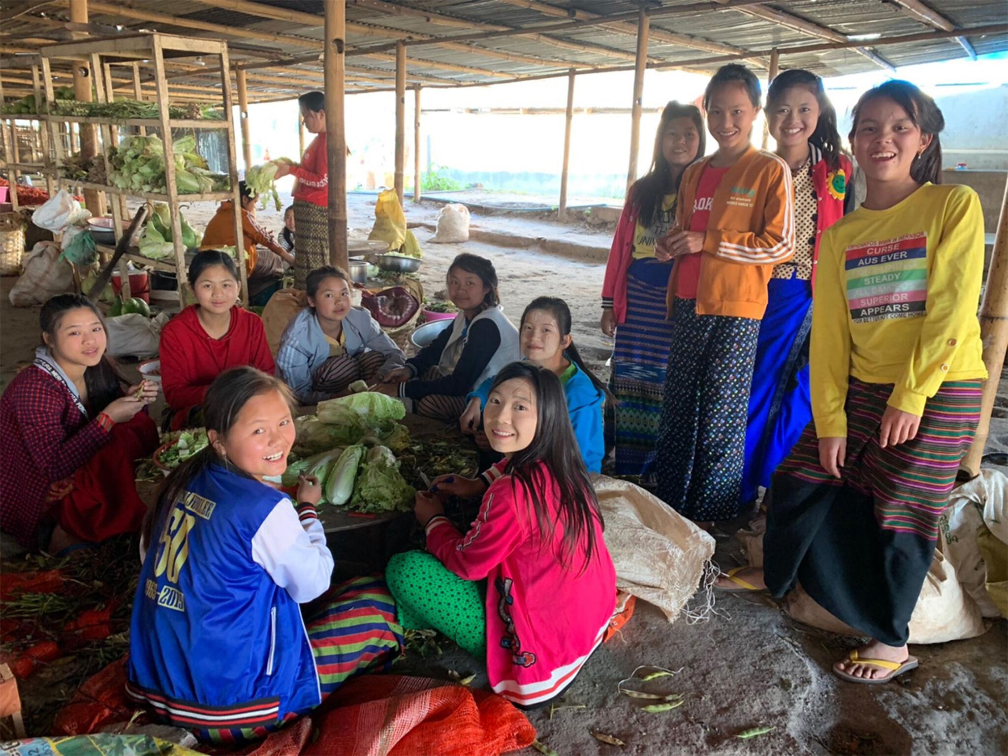 ミャンマーの女性が集まっている画像