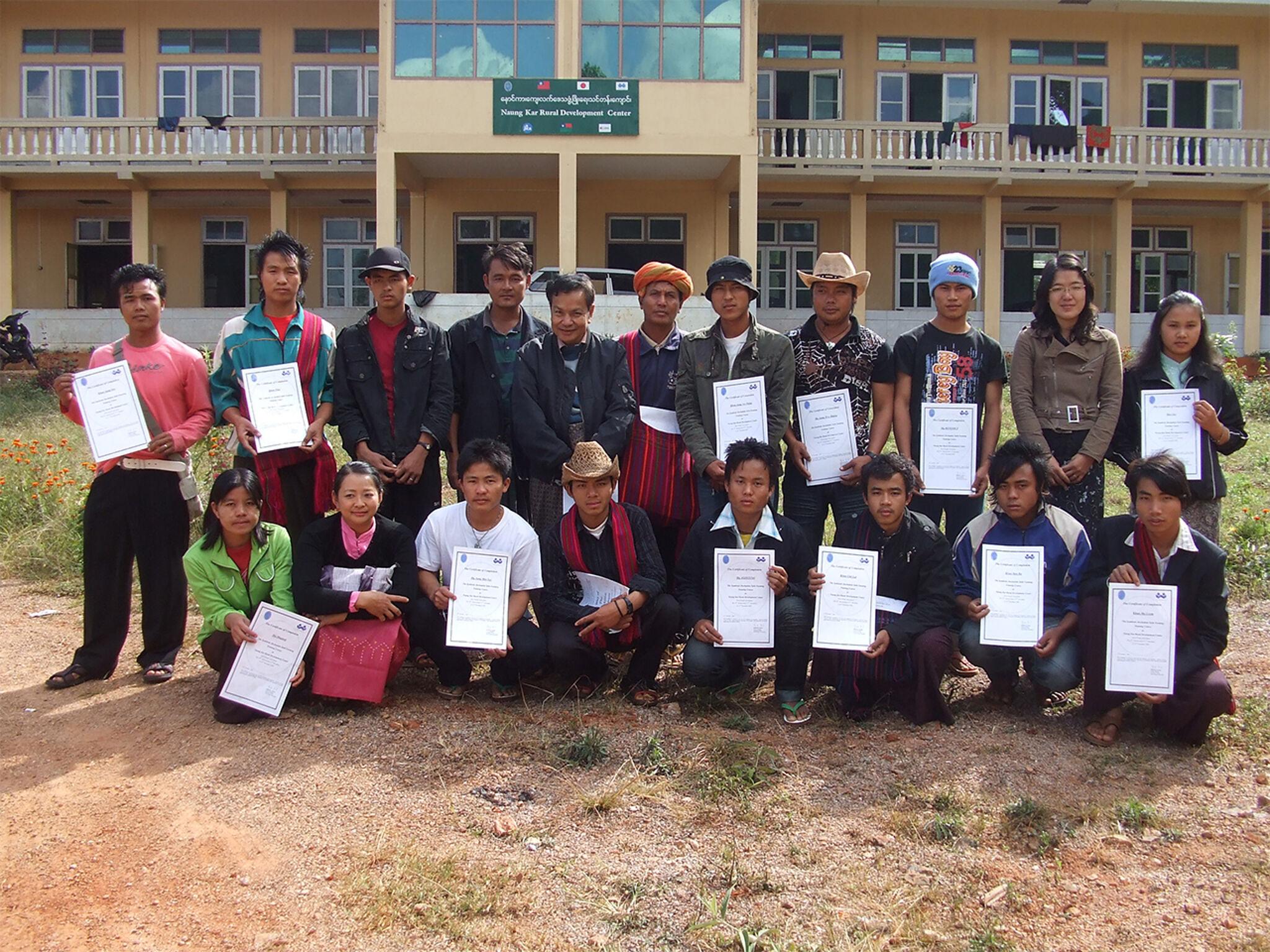 ミャンマーで建物の前で集合している画像