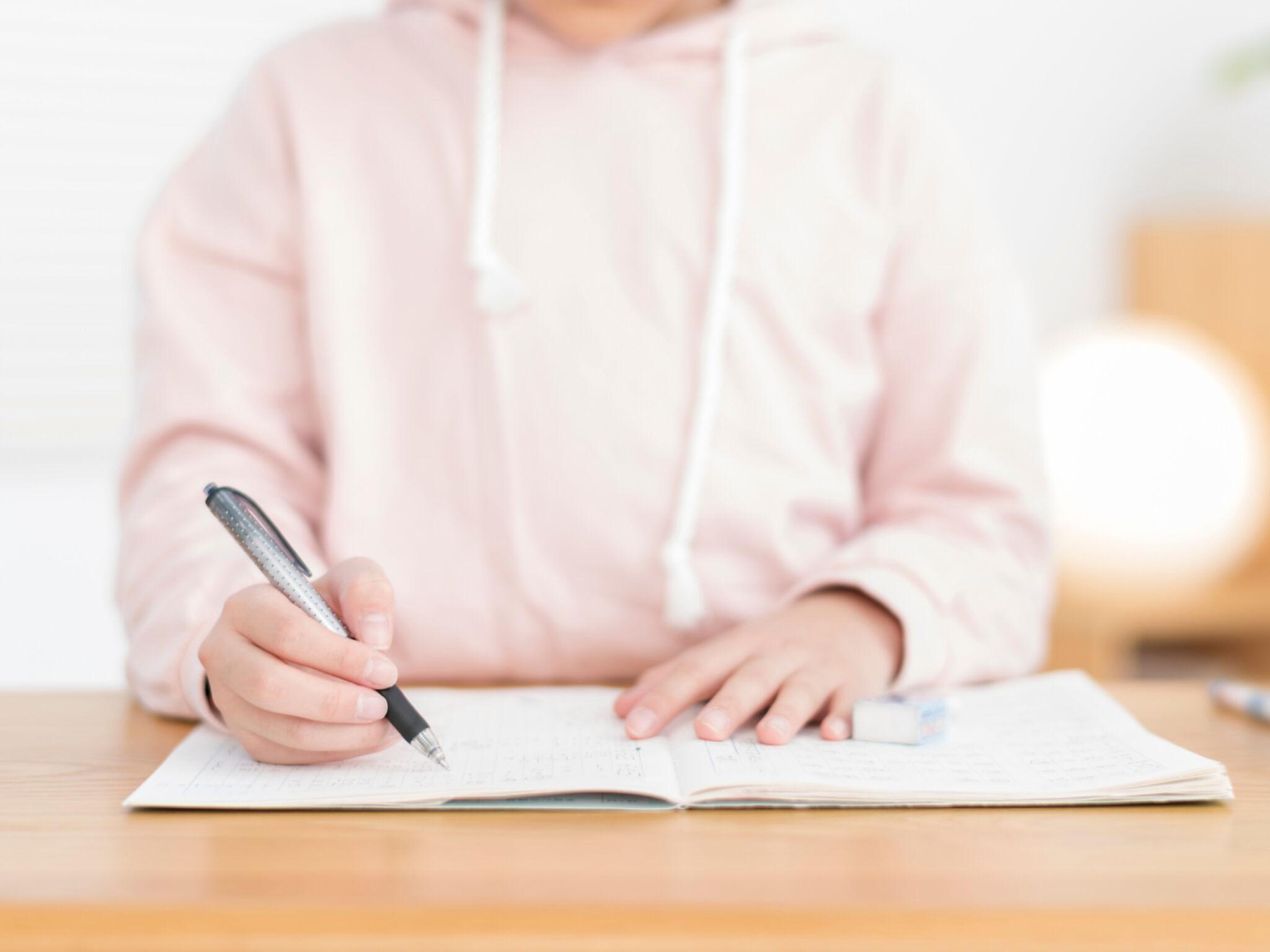 勉強をしている小学生の画像