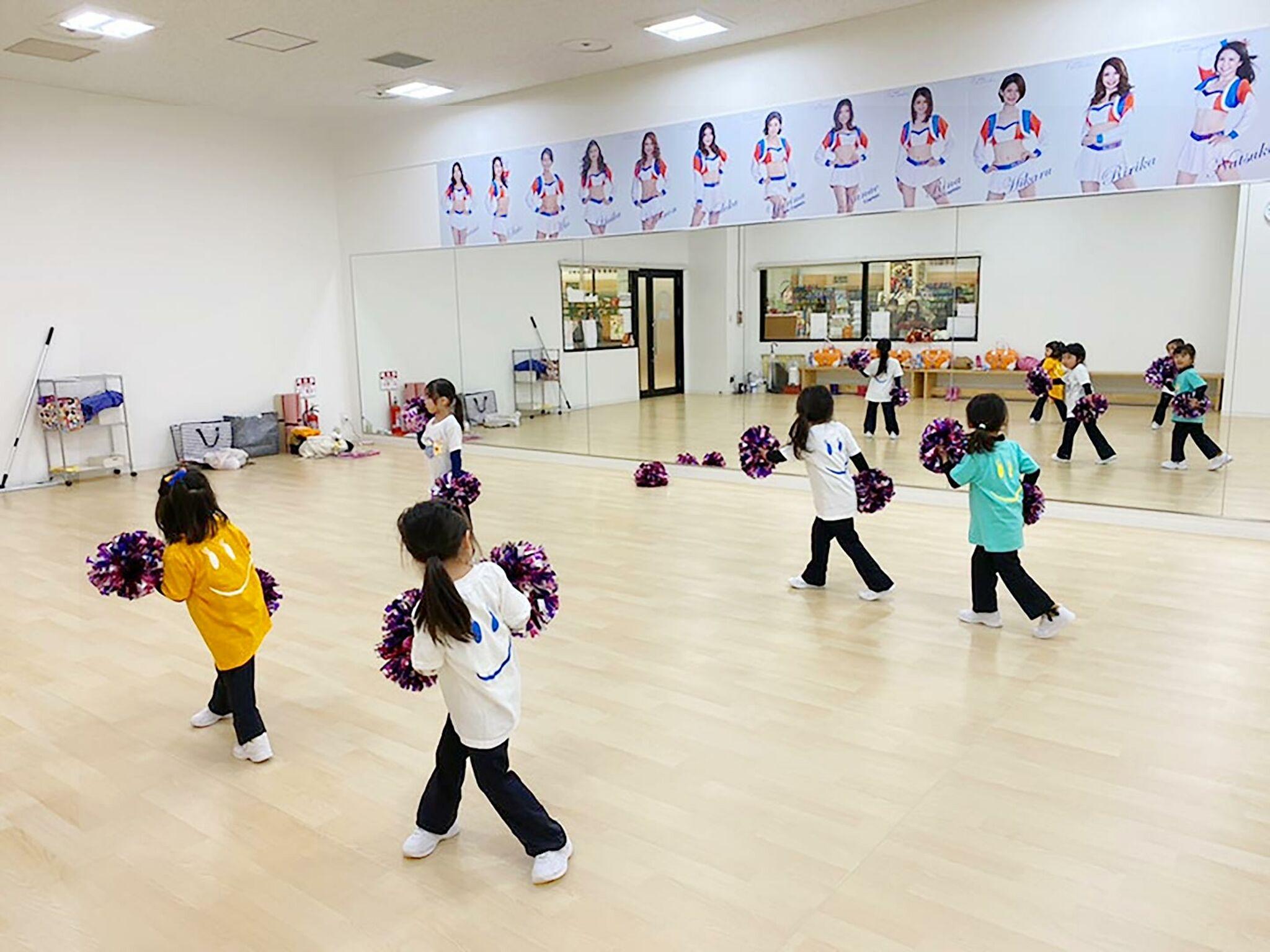 チアダンスのレッスンをしている子どもたちの画像