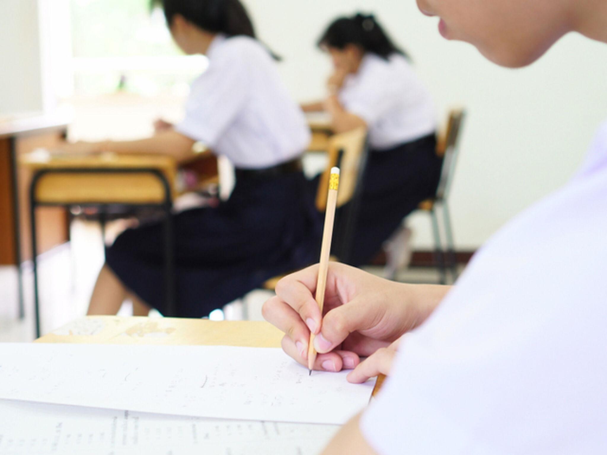 授業を聞いている高校生の画像