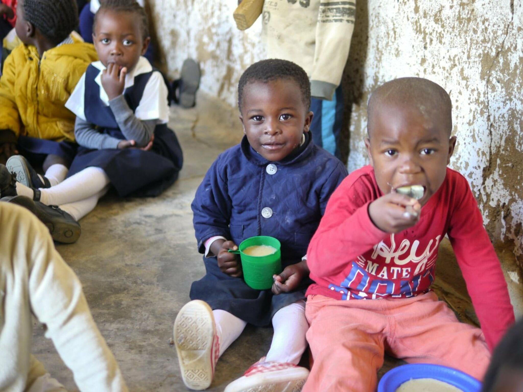 給食を食べるマラウイの子どもたち