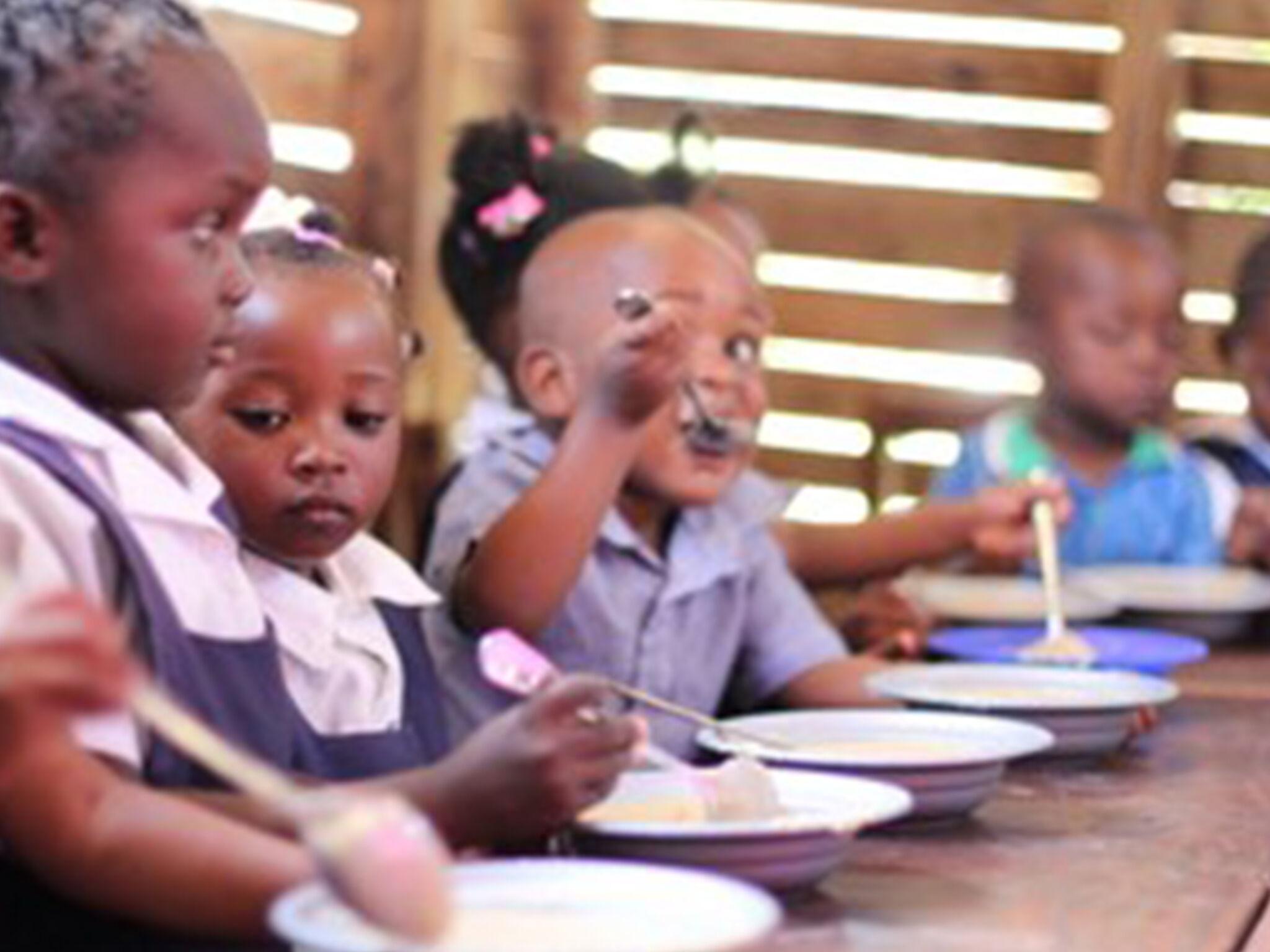 マラウイの子どもたちの給食風景
