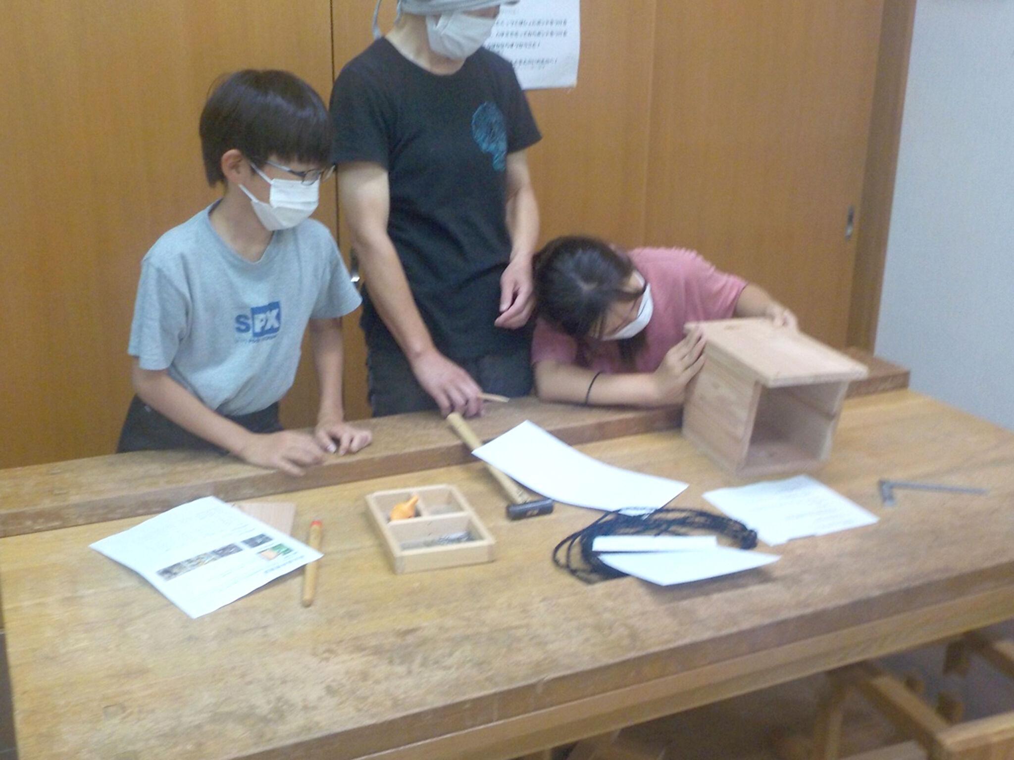 木工教室で作業をしている子どもたちの画像