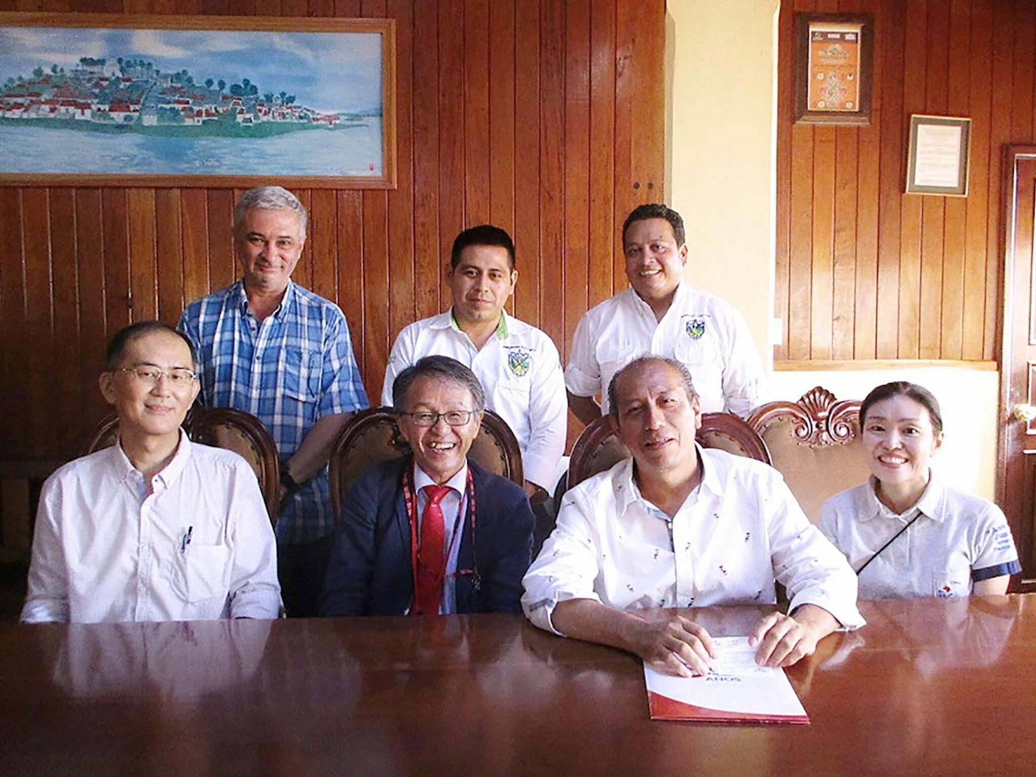 丸田様とカンボジアの方たちの画像