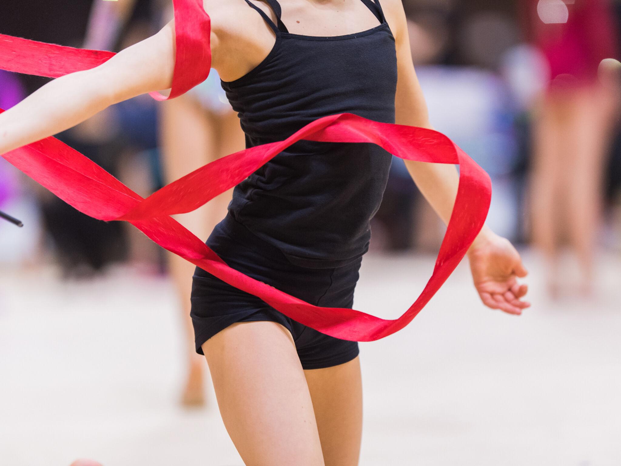 新体操を踊る女の子の画像