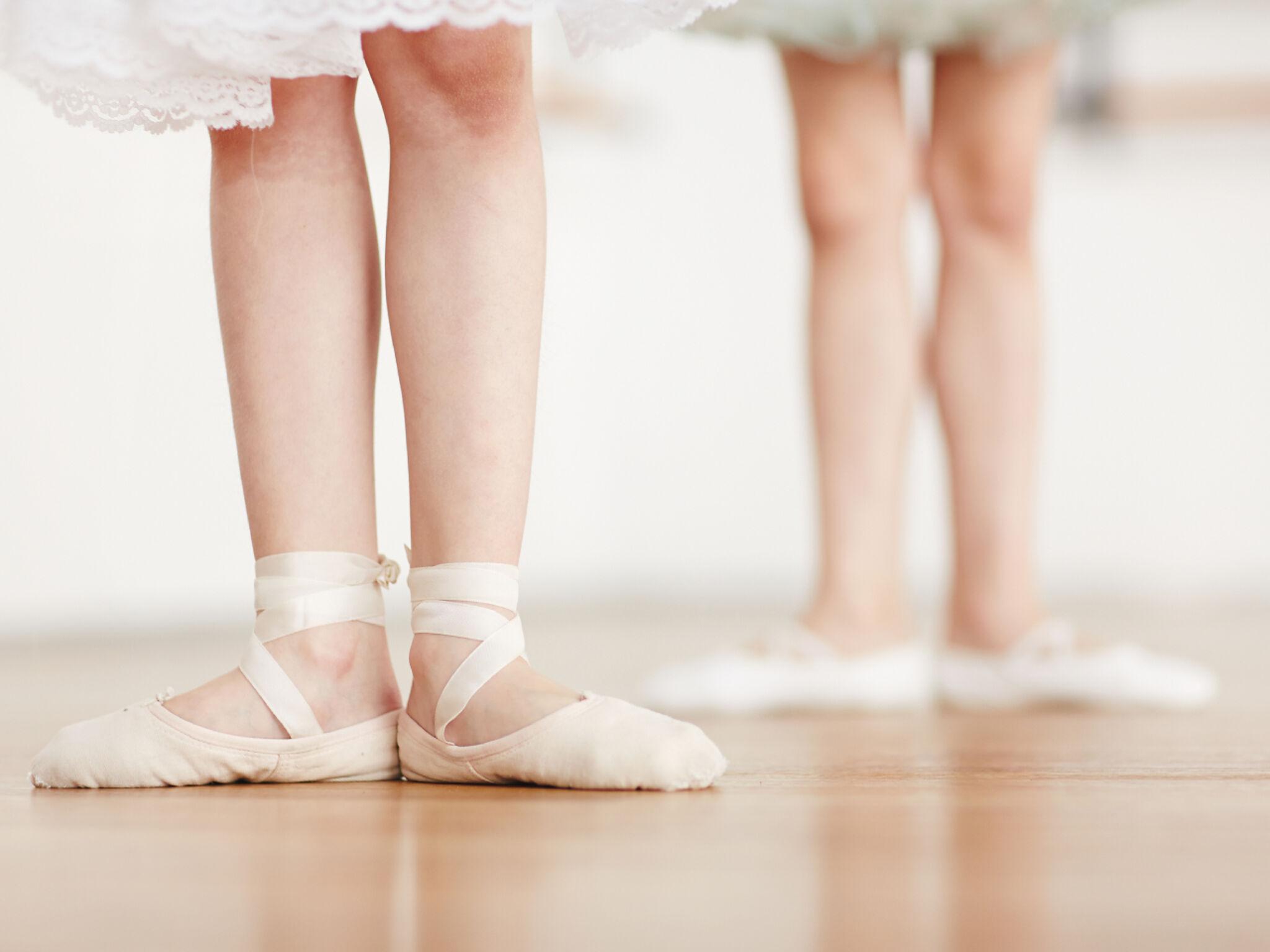 バレエの練習をしている子どもの画像