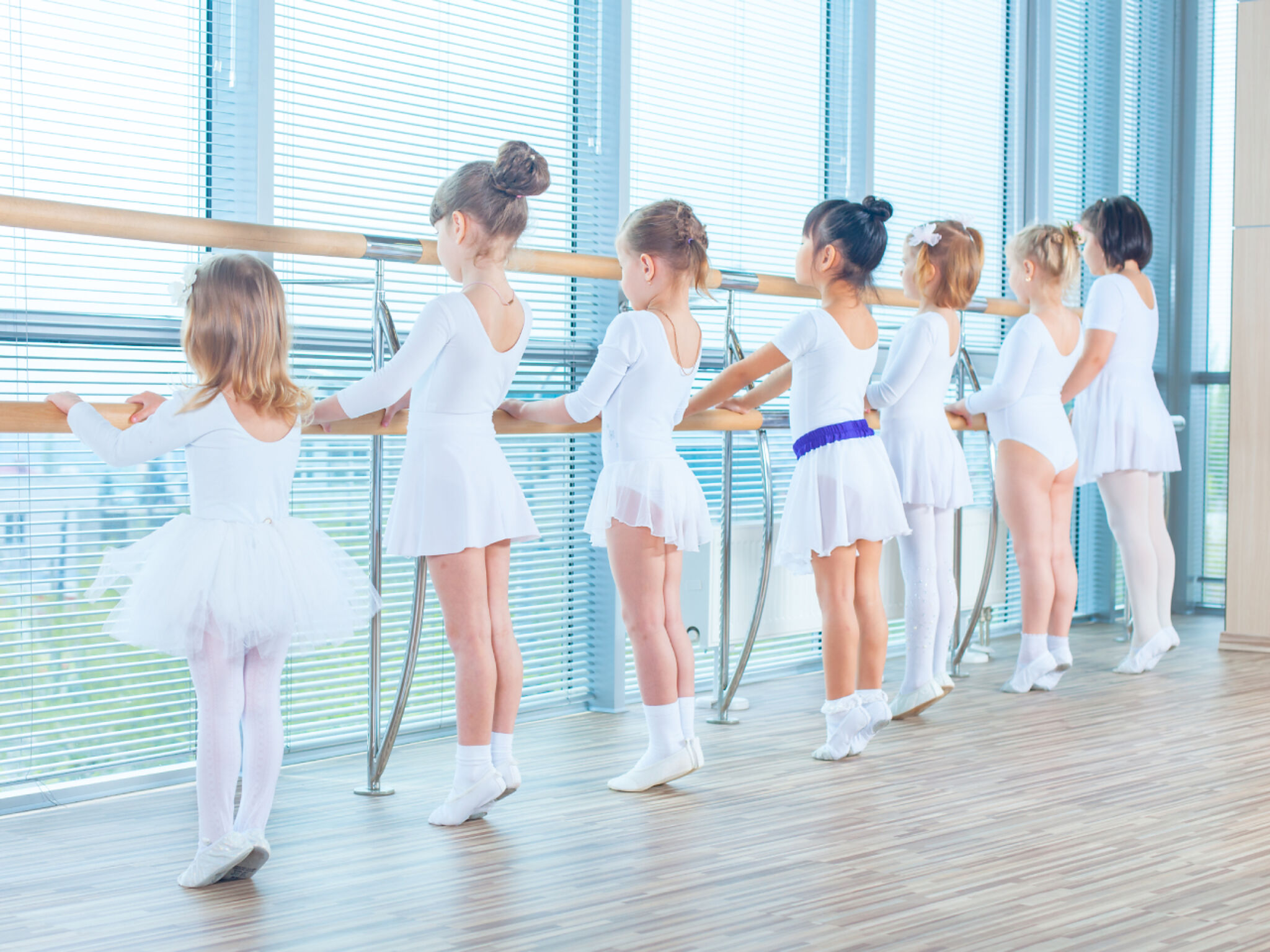 バレエの練習をしている子どもたちの画像
