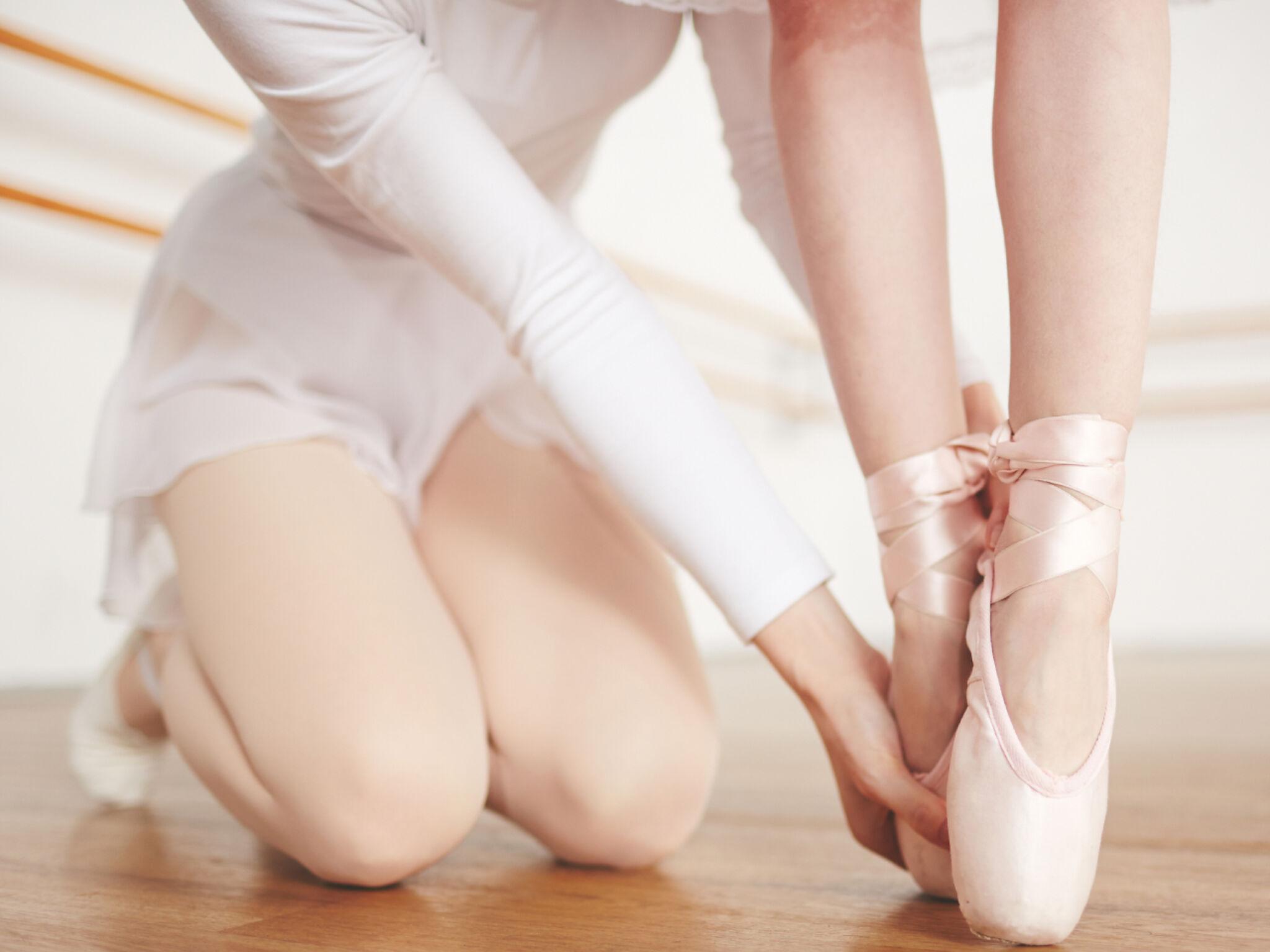 先生にバレエのレッスンを受けている子どもの画像