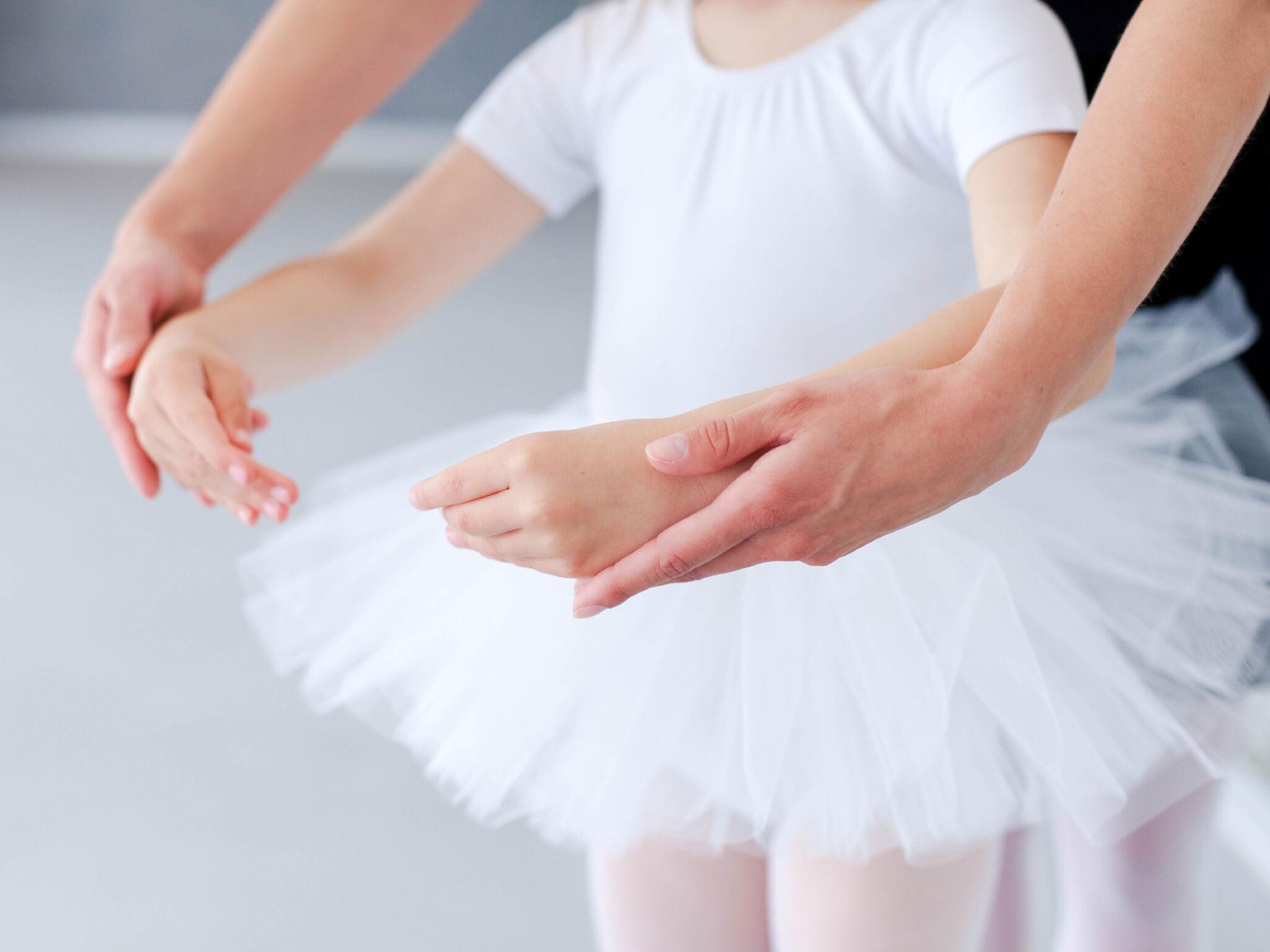 先生からバレエを教わっている子どもの画像