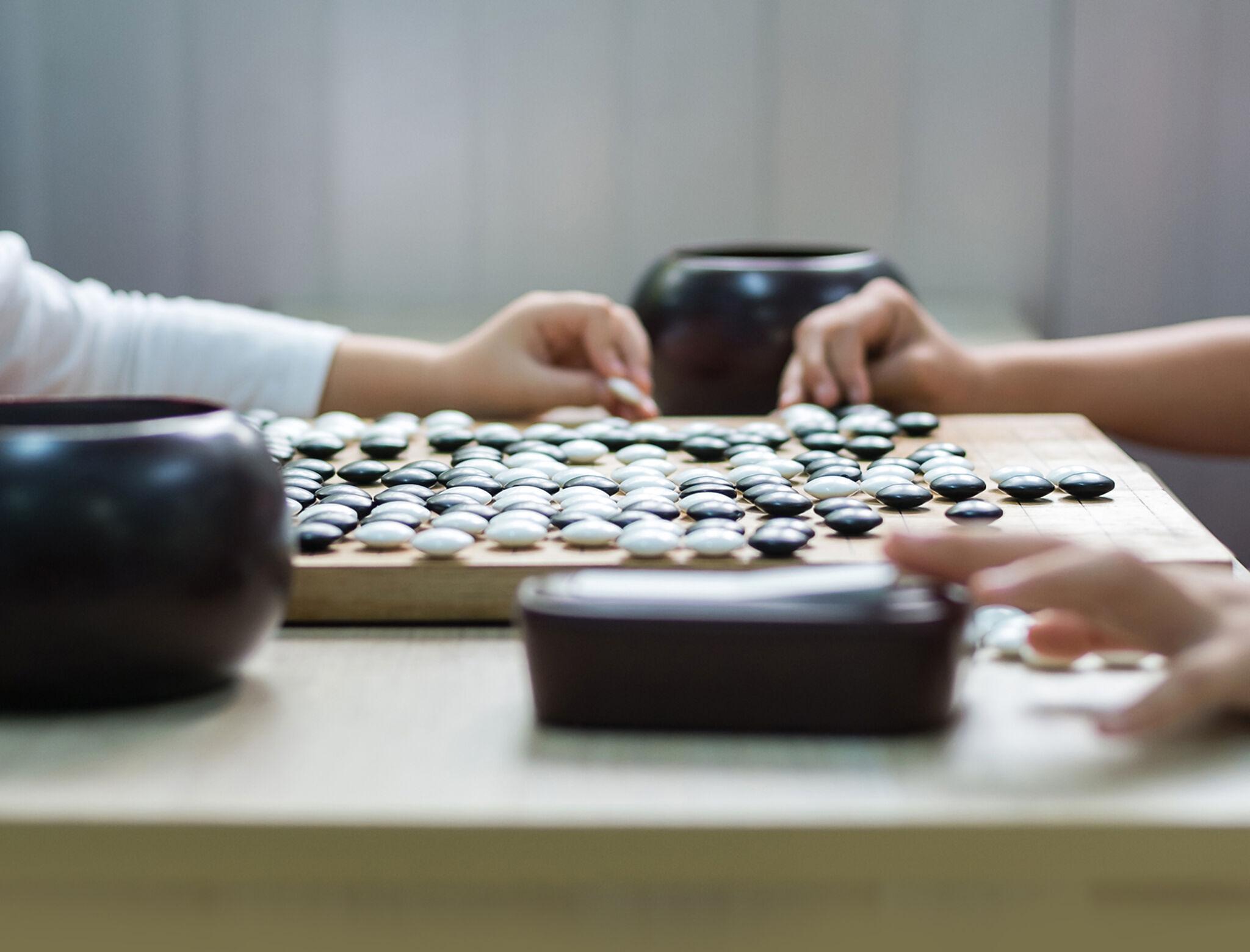 将棋をさしている手の画像