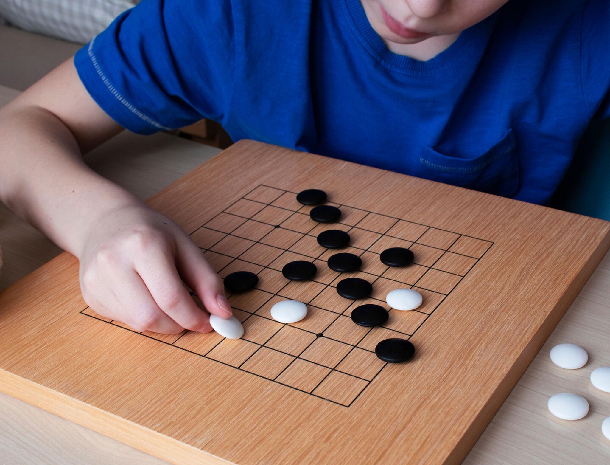 子どもが将棋で遊んでいる画像